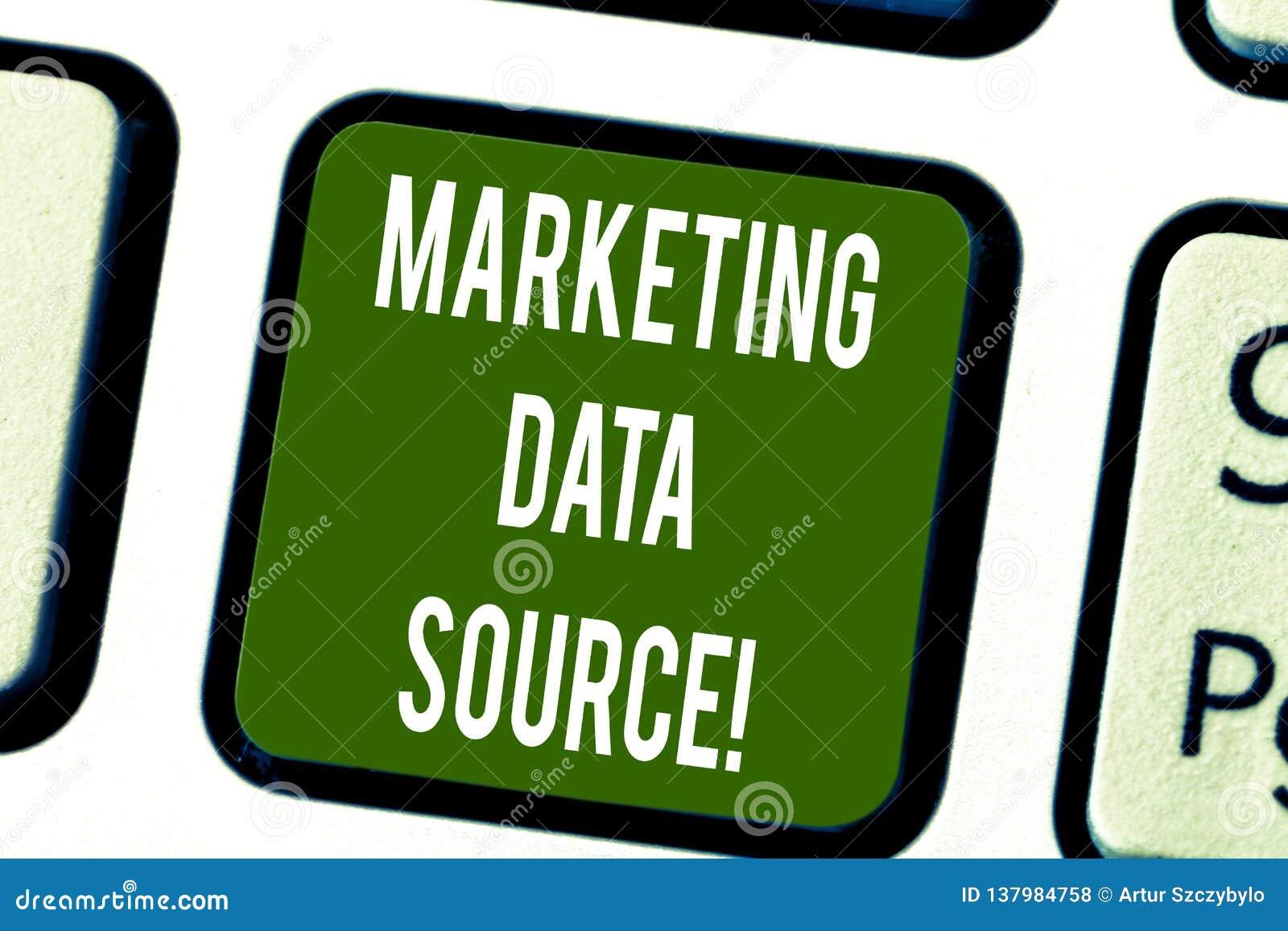 Conceptuele hand die tonend Marketing Gegevensbron schrijven De verbindingsopstelling van de bedrijfsfototekst aan een database v