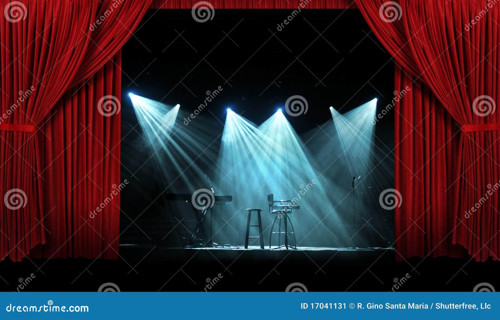 Concert avec l étape avec les rideaux rouges