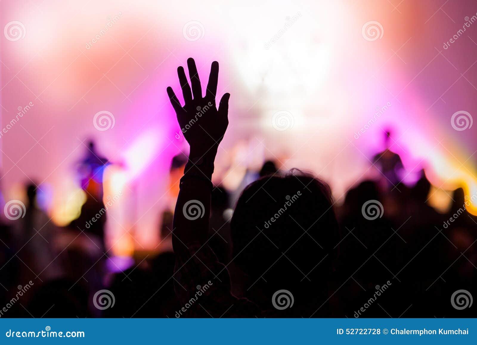 Concert chrétien de musique avec la main augmentée