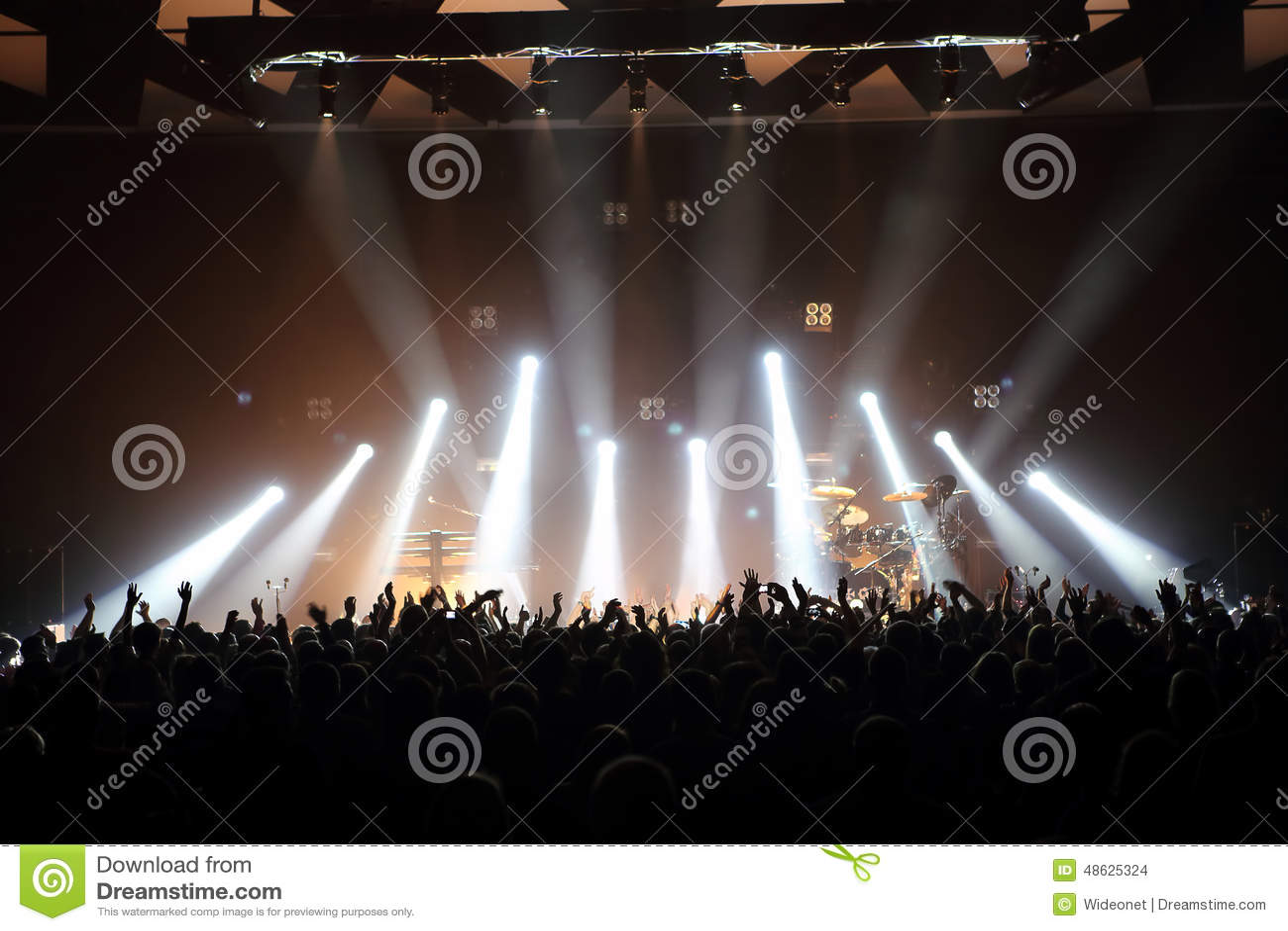 Concert de musique avec l assistance et les lumières de l étape