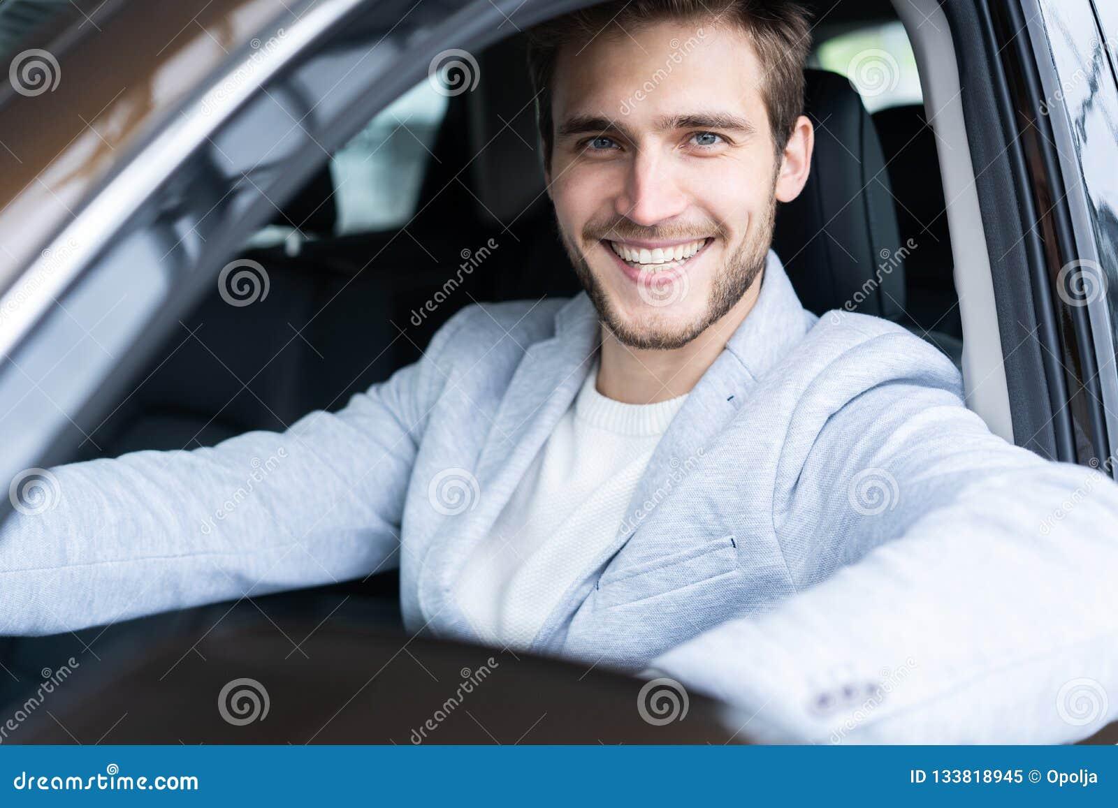 Concessionário automóvel de visita Homem considerável em seu carro novo