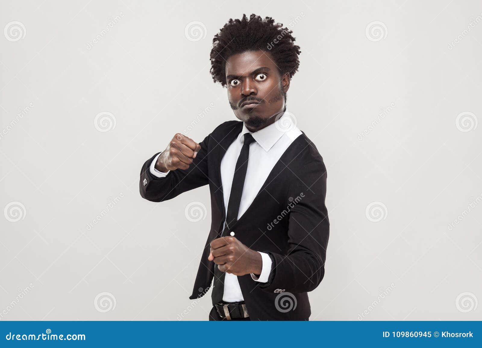 Concetto aggressivo Uomo d affari furioso pronto a combattere
