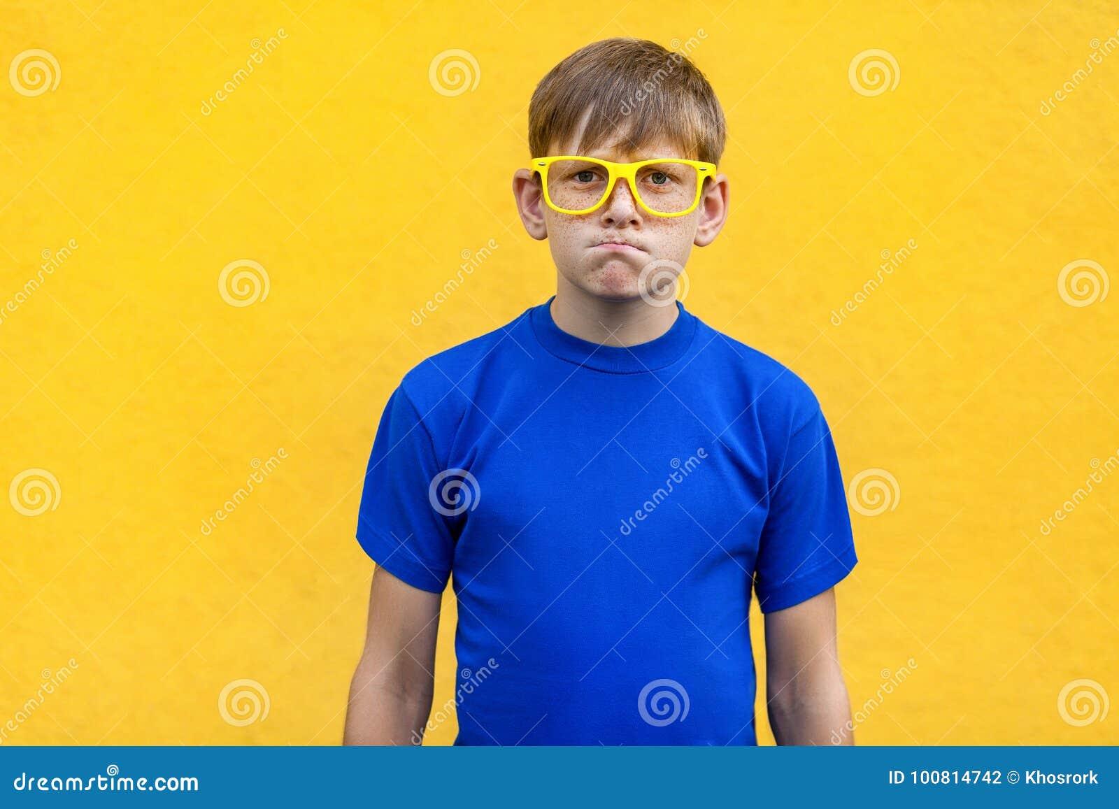 Concetto arrabbiato e aggressivo Giovane ragazzo bello che esamina macchina fotografica
