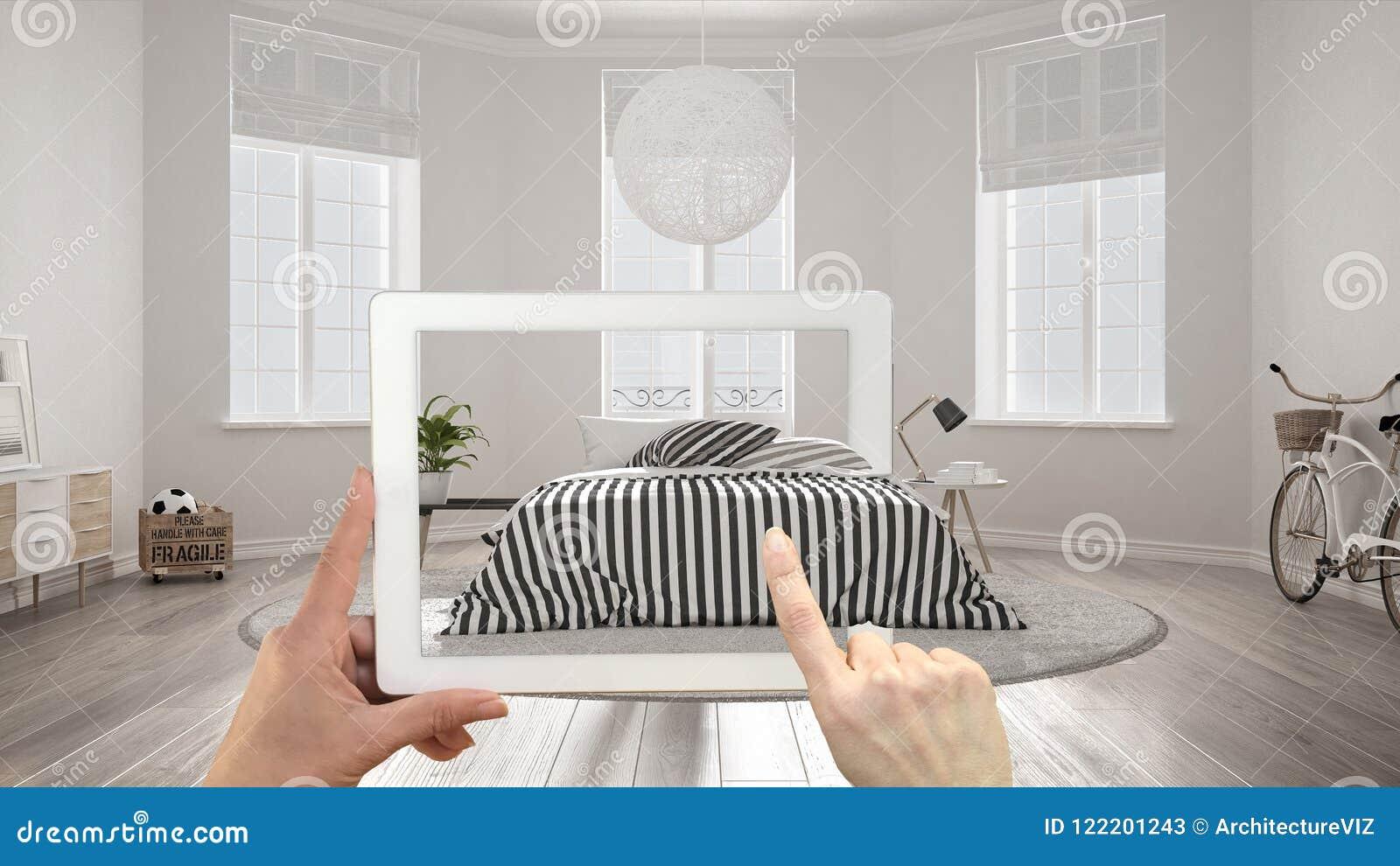 Concetto aumentato di realtà Passi la compressa della tenuta con l applicazione dell AR usata per simulare i prodotti di interior