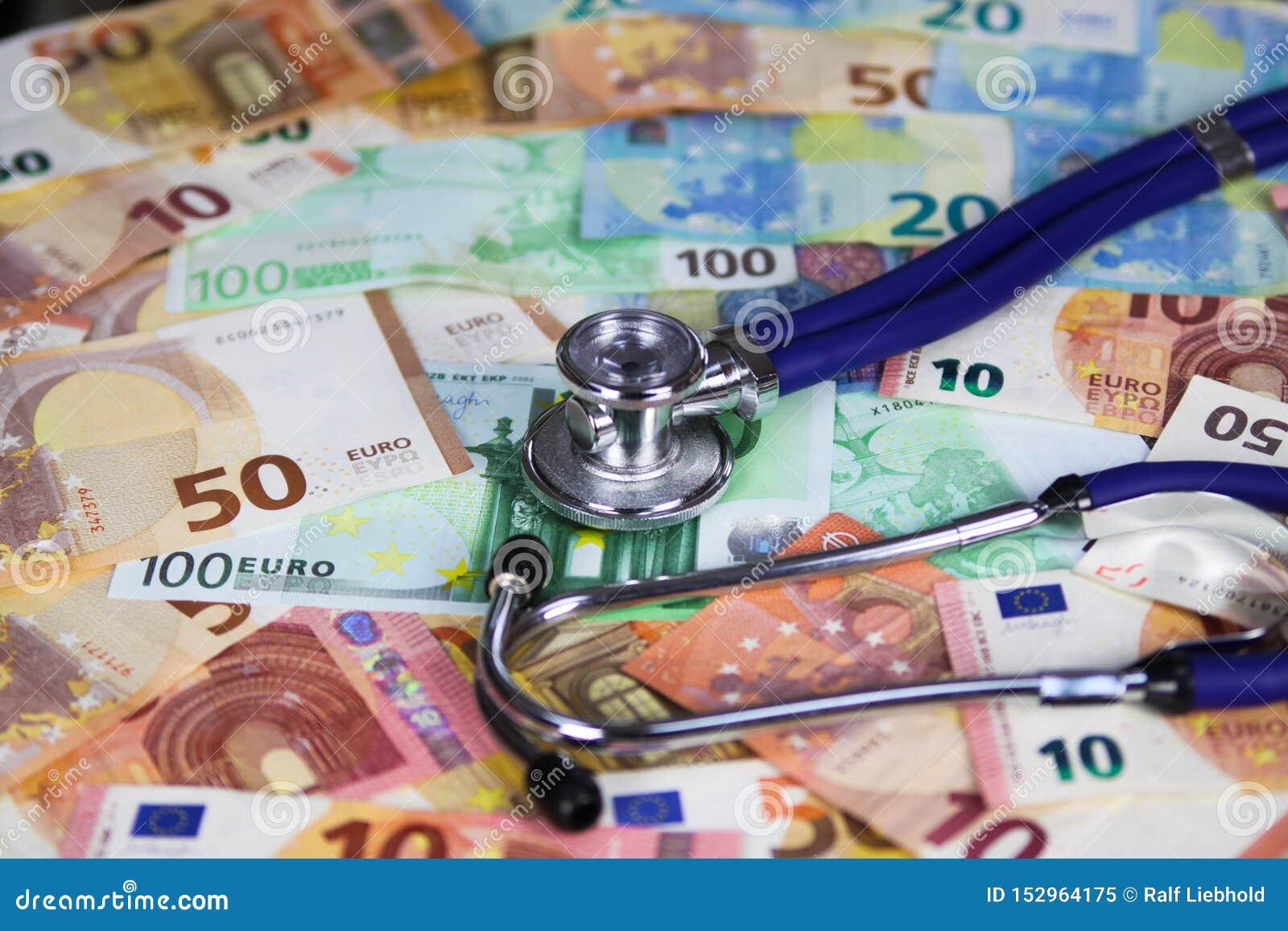 Concetto costato medico - stetoscopio sulle euro banconote del biglietto
