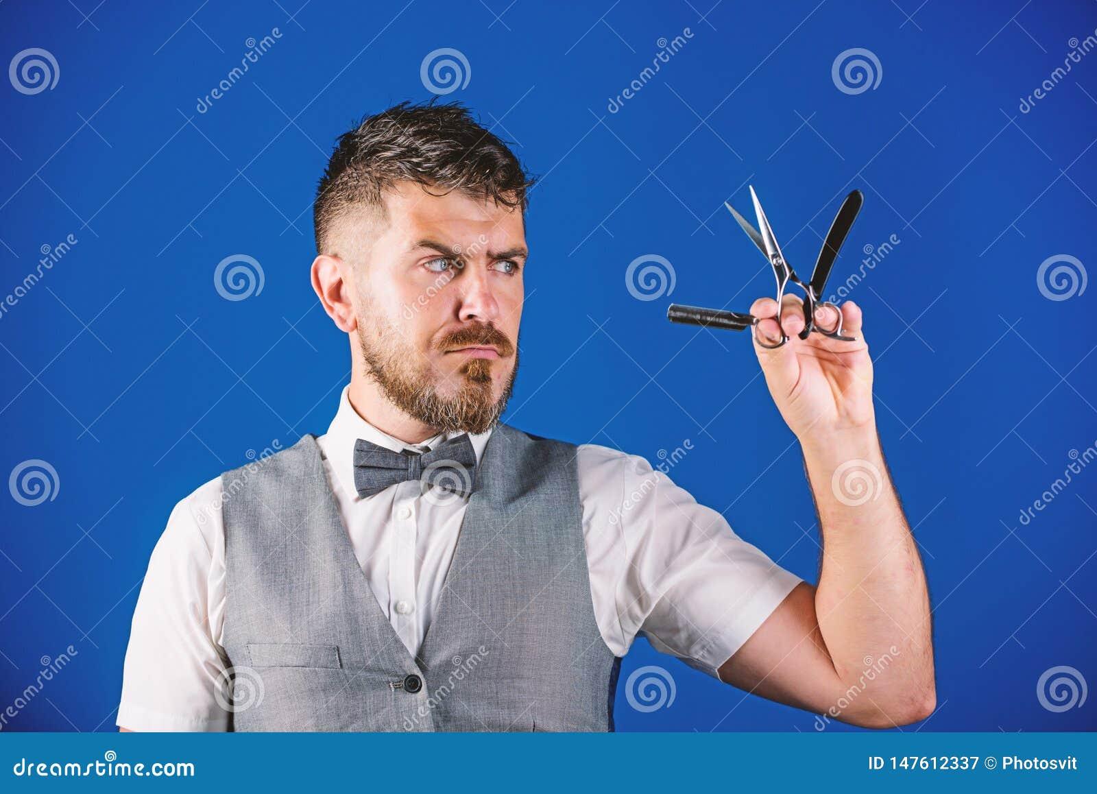 Concetto d annata di arte del barbiere Pantaloni a vita bassa non rasati del barbiere con il rasoio diritto tagliente Salone del