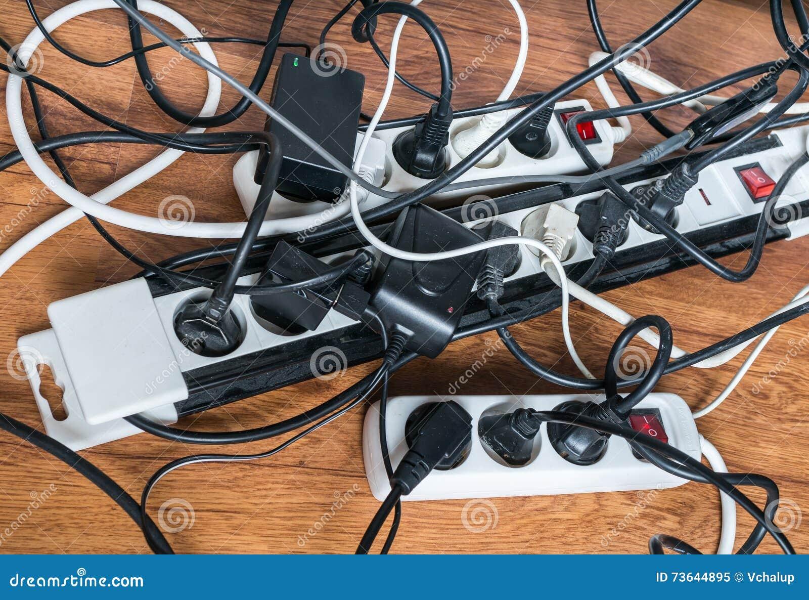 Concetto del consumo di elettricità Molti cavi degli elettrodomestici elettrici
