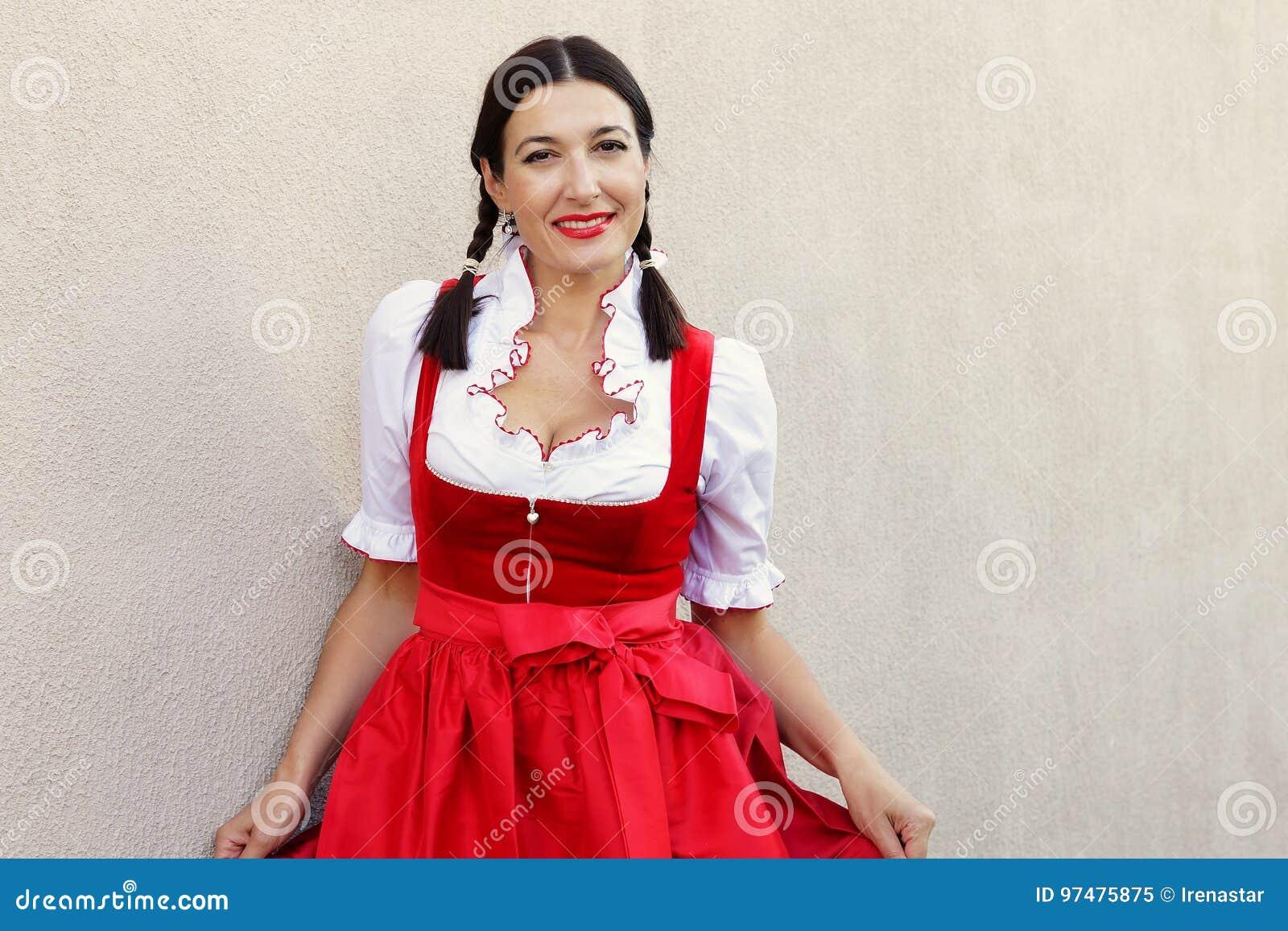 Concetto del fest di ottobre Bella donna tedesca in dirndl tipico del vestito il più oktoberfest