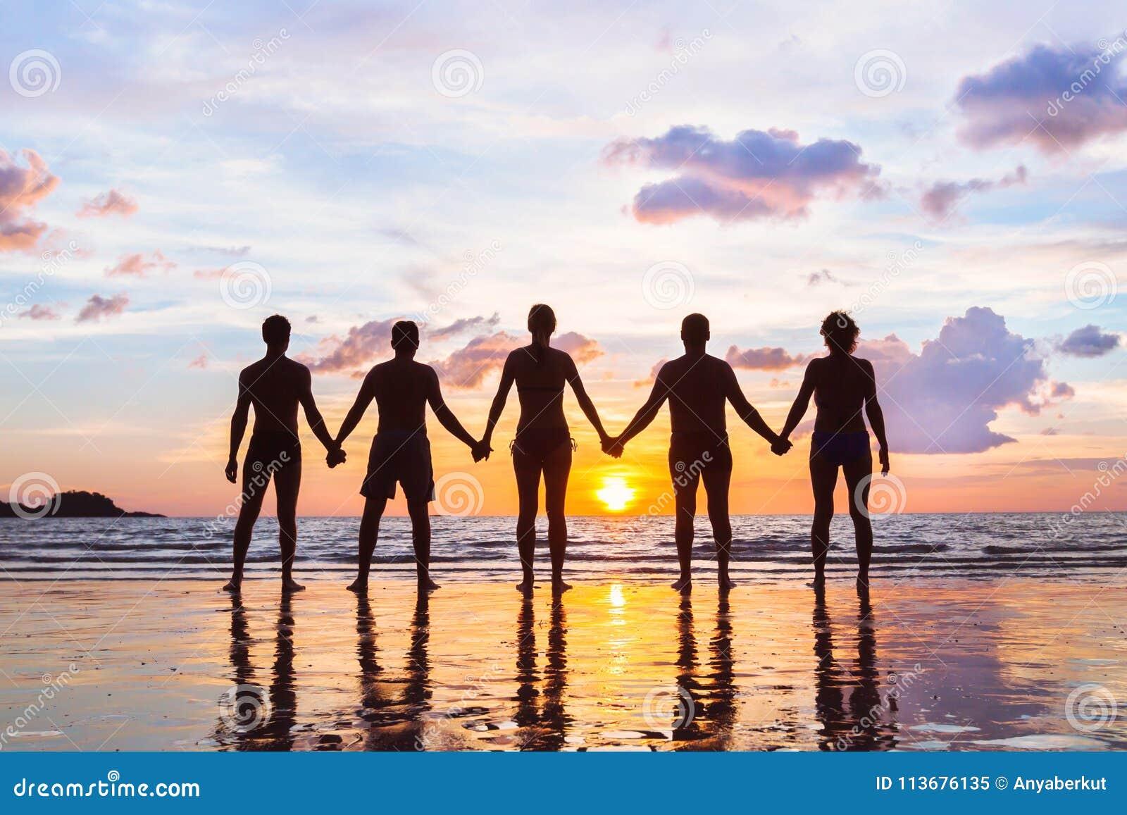 Concetto del gruppo o della Comunità, siluette della gente che sta insieme e che si tiene per mano, gruppo