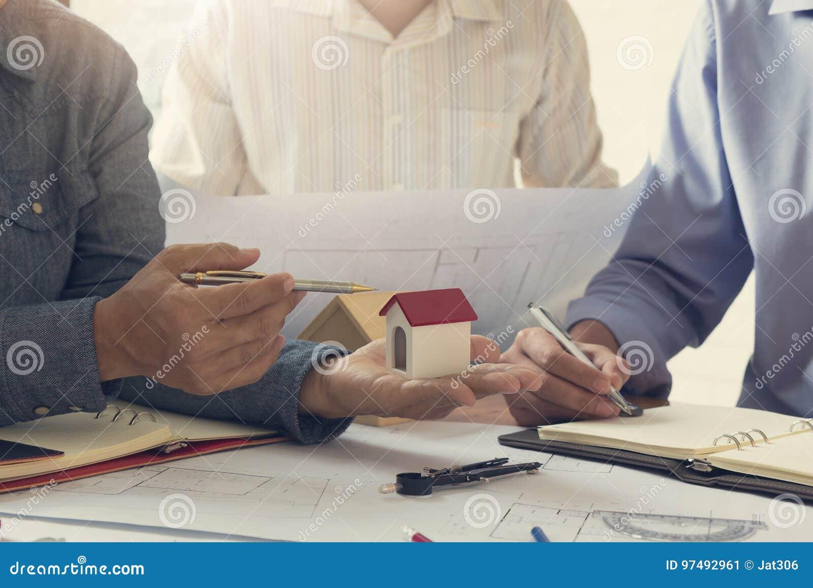 Concetto dell architetto e dell ingegnere, gruppo dell ufficio di Architects dell ingegnere che lavora e che discute pianta della