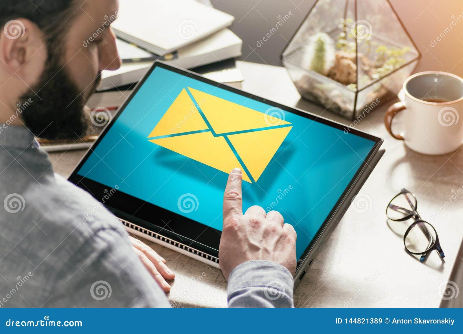 Concetto della corrispondenza di affari, risposte, annuncianti via Internet immagine
