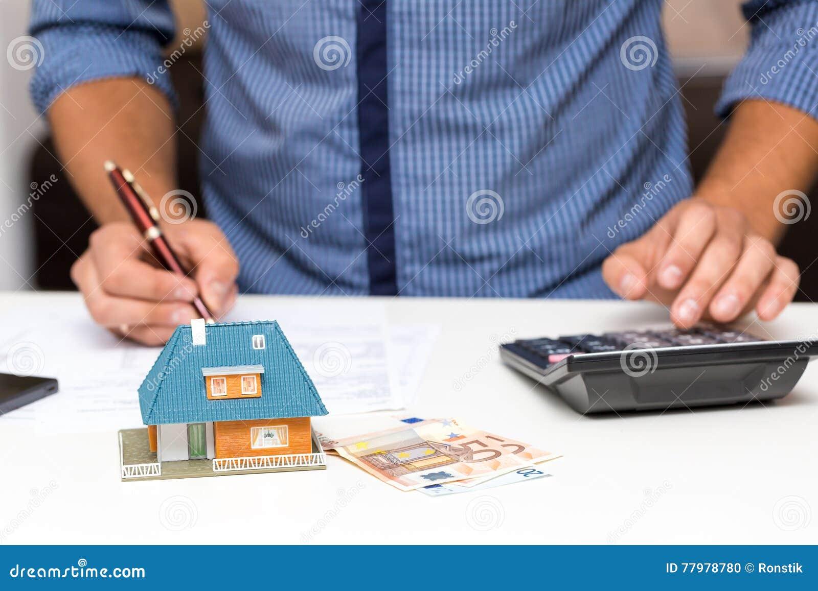 Concetto della gestione della proprietà, spese calcolarici della casa