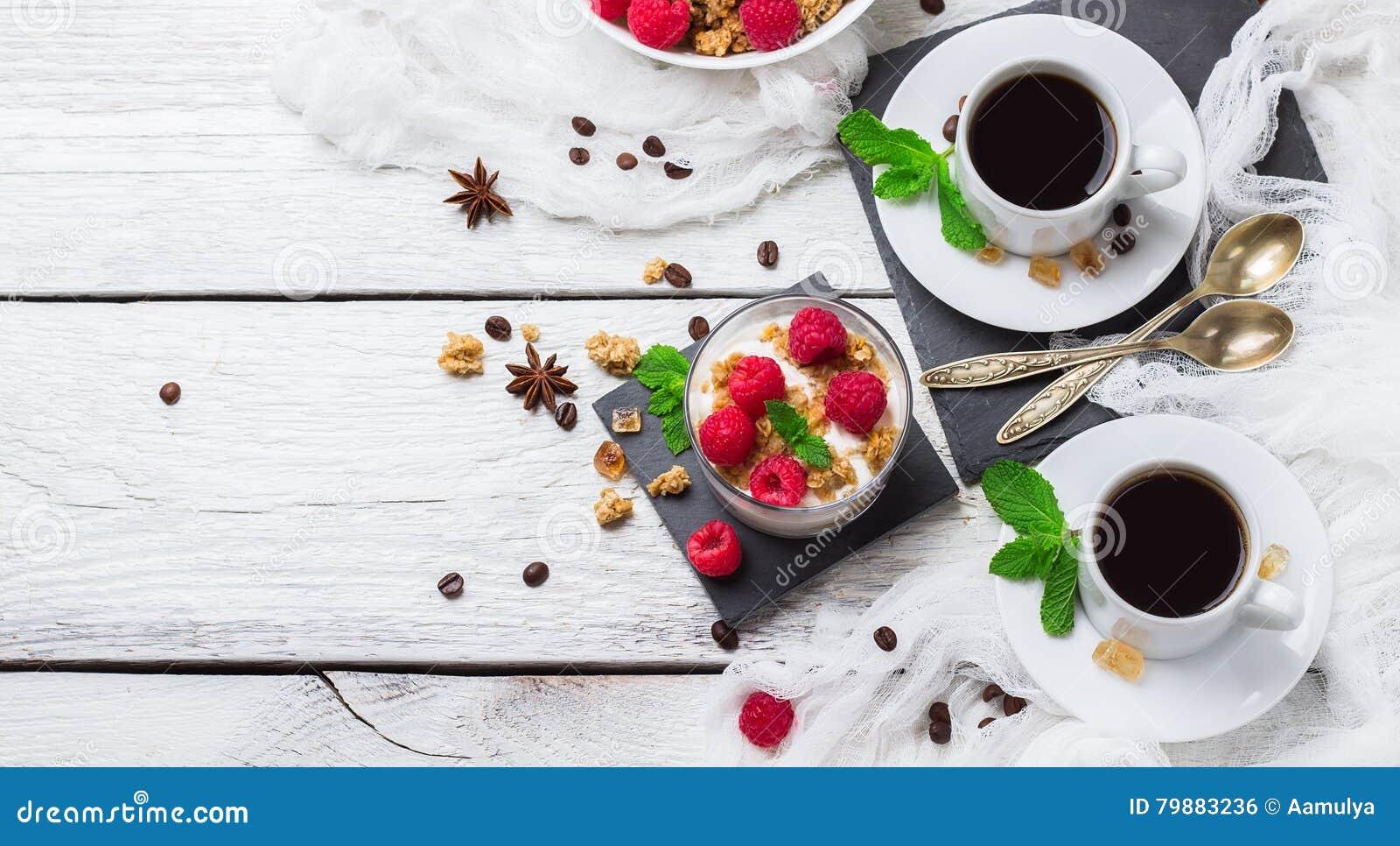 Concetto della prima colazione Yogurt casalingo delle bacche del granola di muesli del caffè