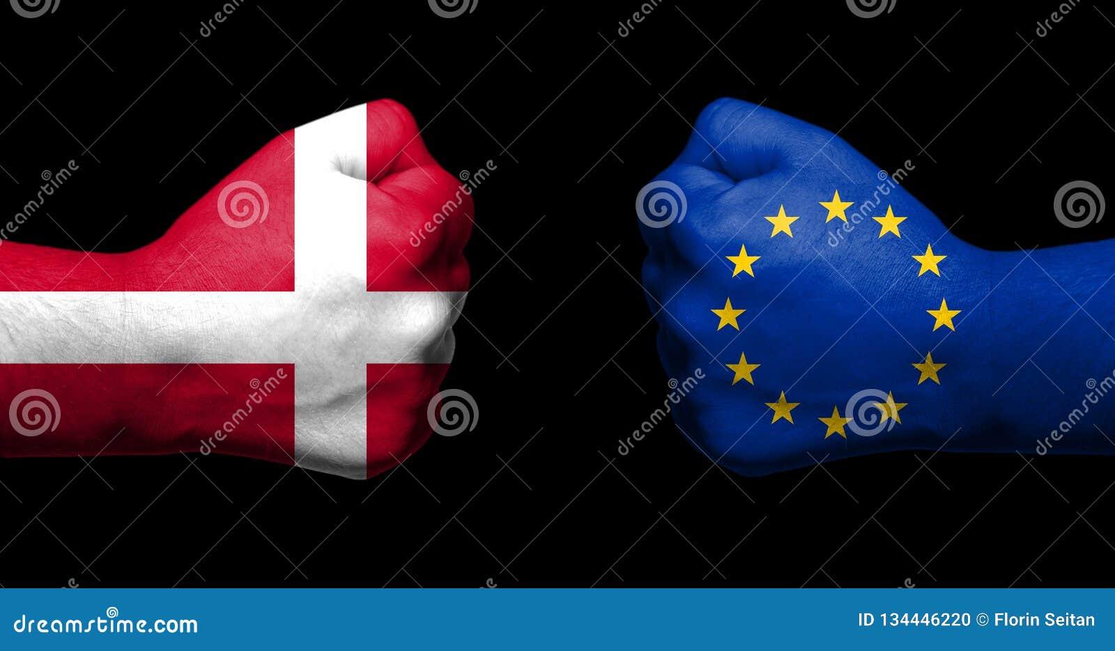 Concetto delle relazioni/conflitto fra l Unione Europea e la Danimarca simbolizzato da due pugni chiusi/concetti opposti a di Bre