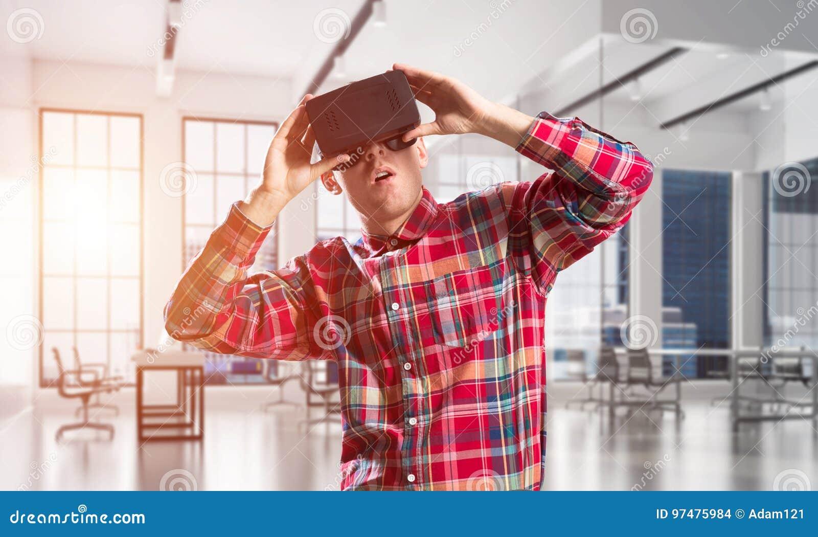Concetto delle tecnologie divertenti moderne con la maschera d uso di realtà virtuale dell uomo