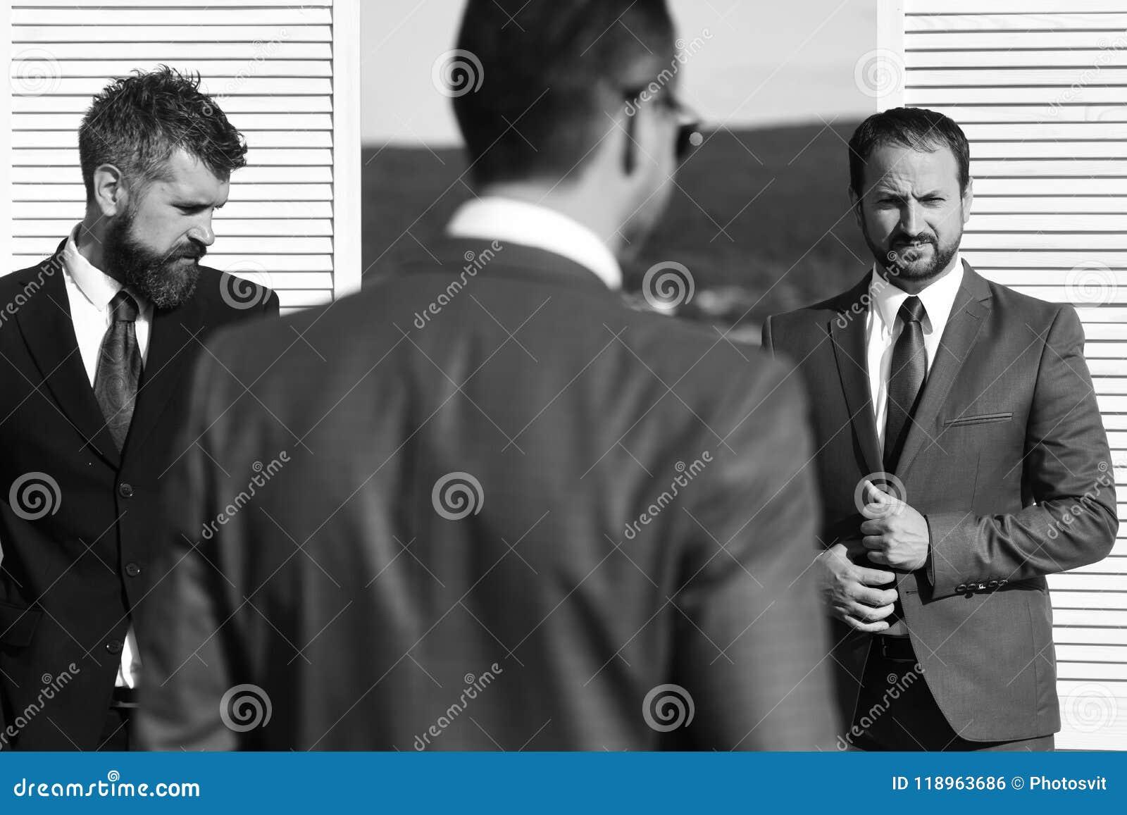 Concetto di affari e di negoziato I capi hanno riunione d affari Gli uomini d affari indossano i vestiti astuti