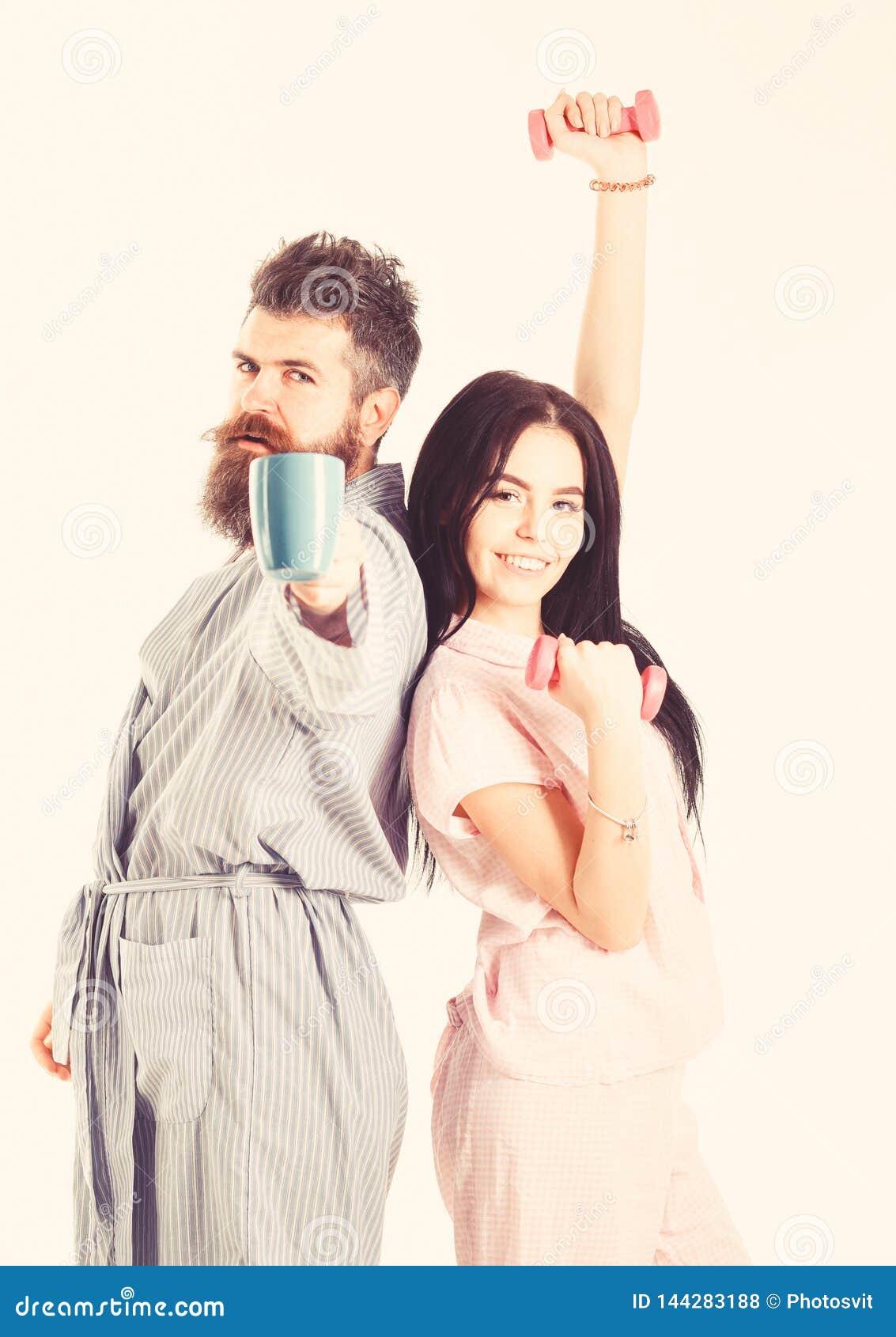 Concetto di alternativa di mattina Ragazza con la testa di legno, uomo con la tazza di caffè Coppie, famiglia sui fronti sonnolen