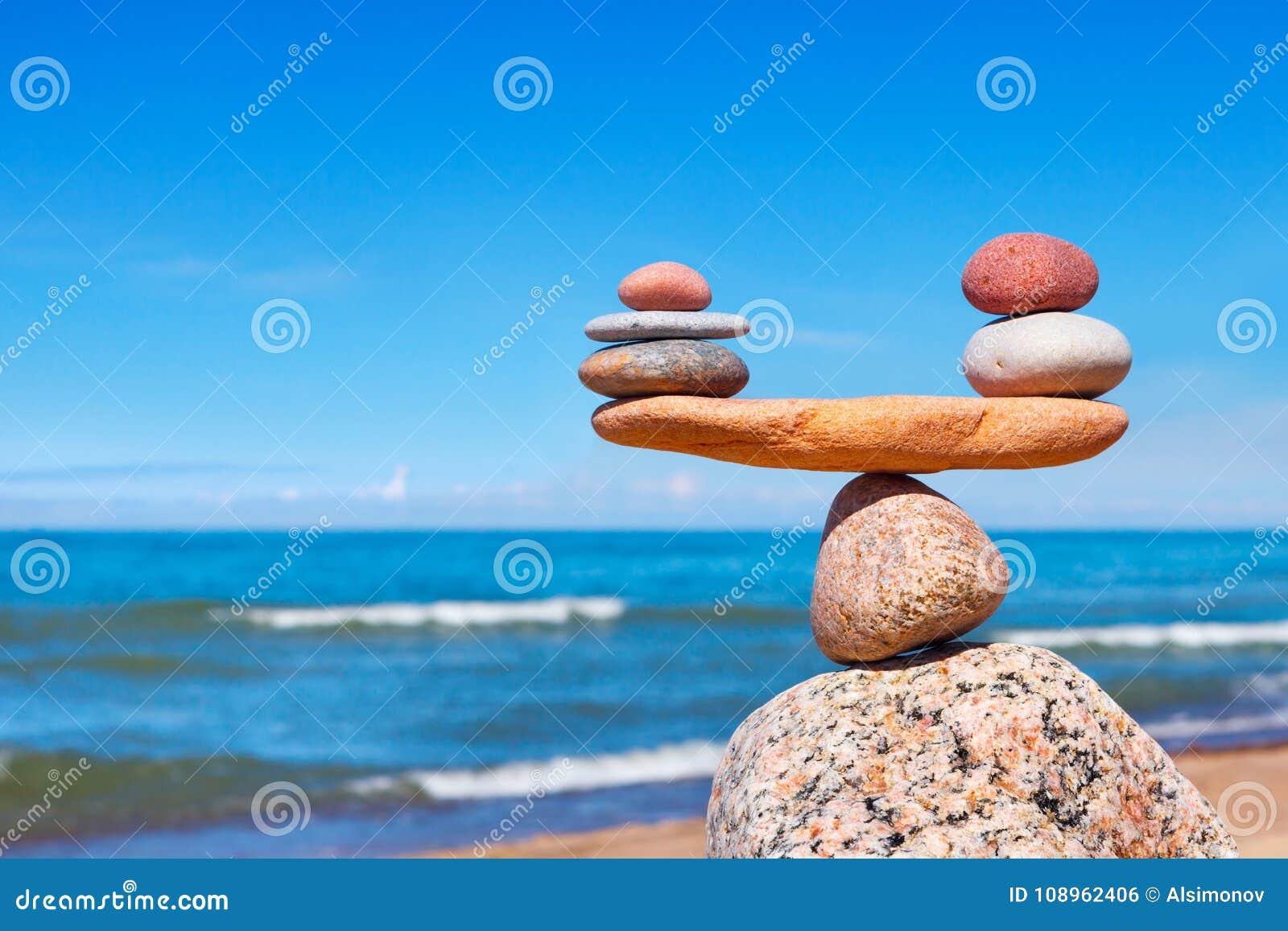 Concetto di armonia e di equilibrio Pietre dell equilibrio contro il mare