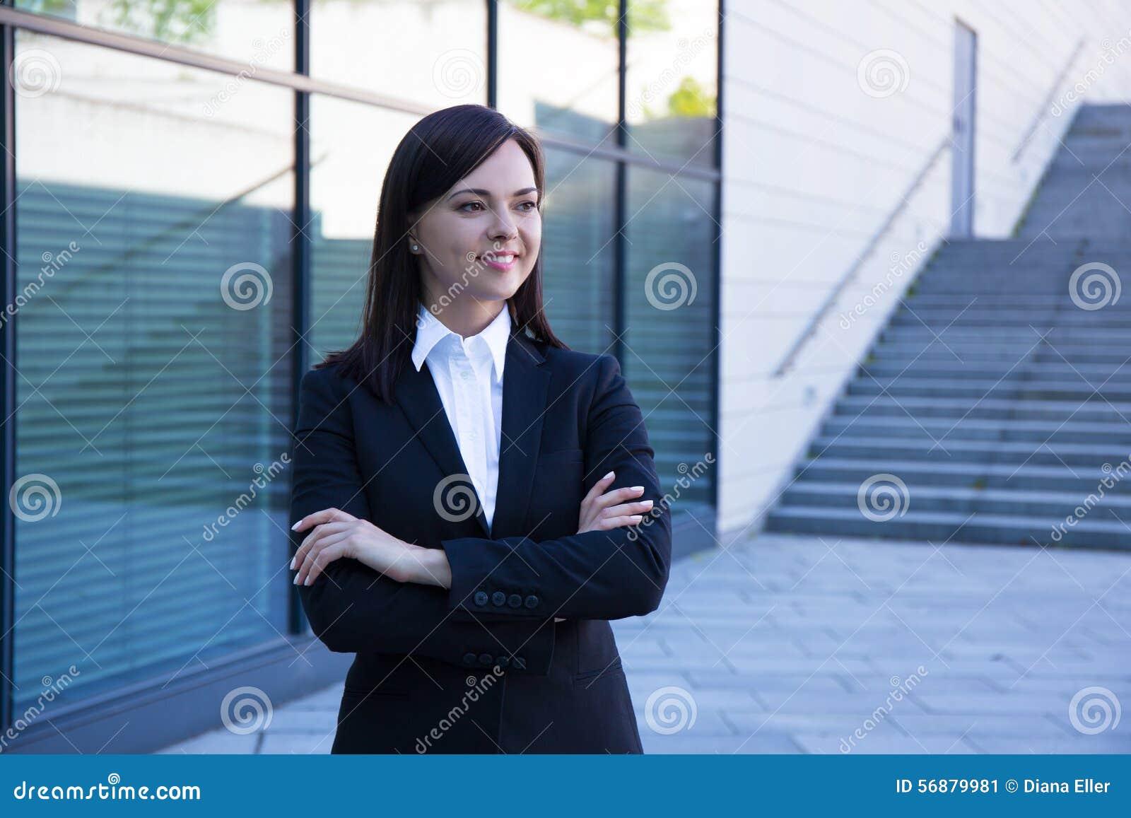 Concetto di carriera - bella donna di affari sopra il backg moderno della città