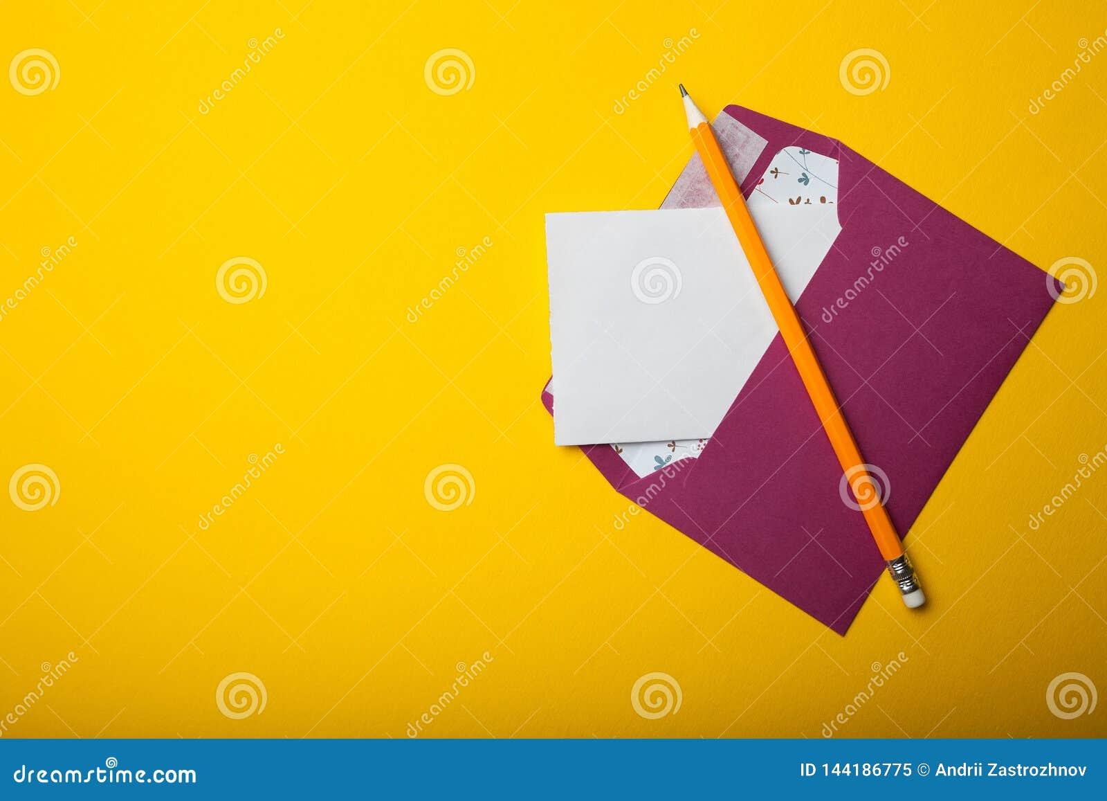 Concetto di corrispondenza scritta, lettera su un fondo giallo Spazio vuoto per testo
