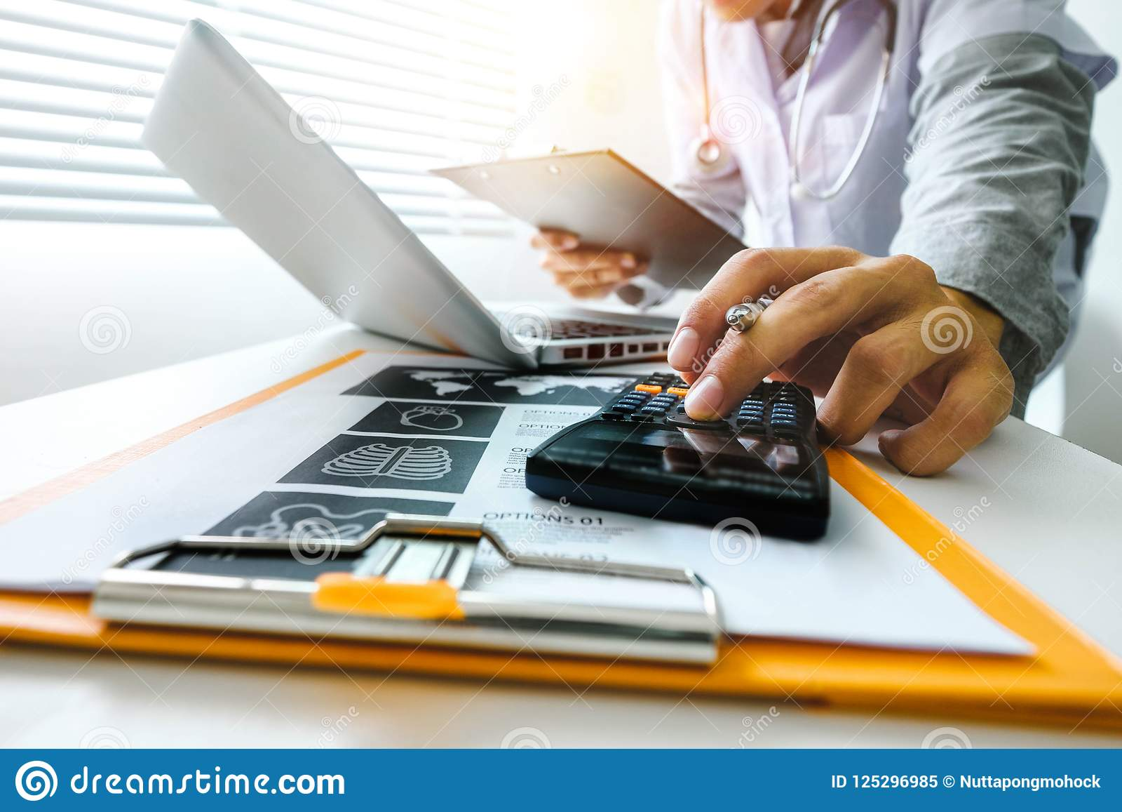 Concetto di costi e delle tasse di sanità La mano di medico astuto ha utilizzato un calcolatore e una compressa per medico