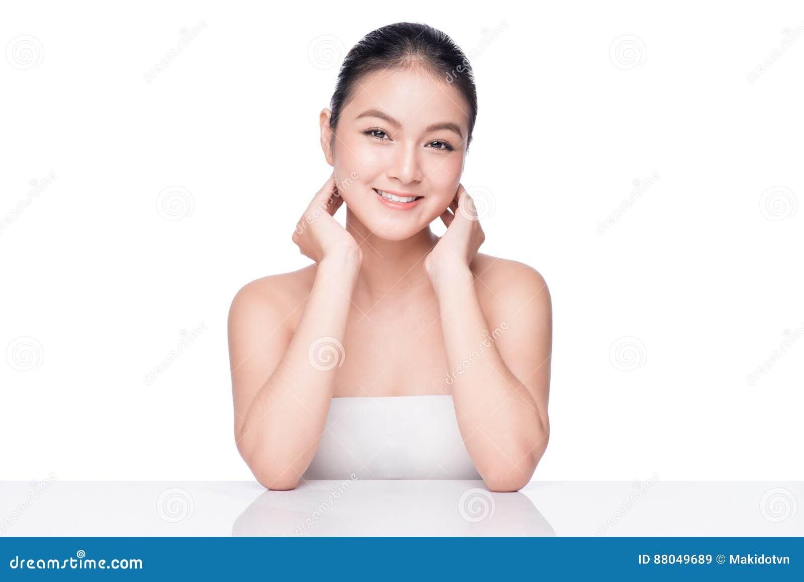 Concetto di cura di pelle e della gioventù Donna asiatica della stazione termale di bellezza con perfetto