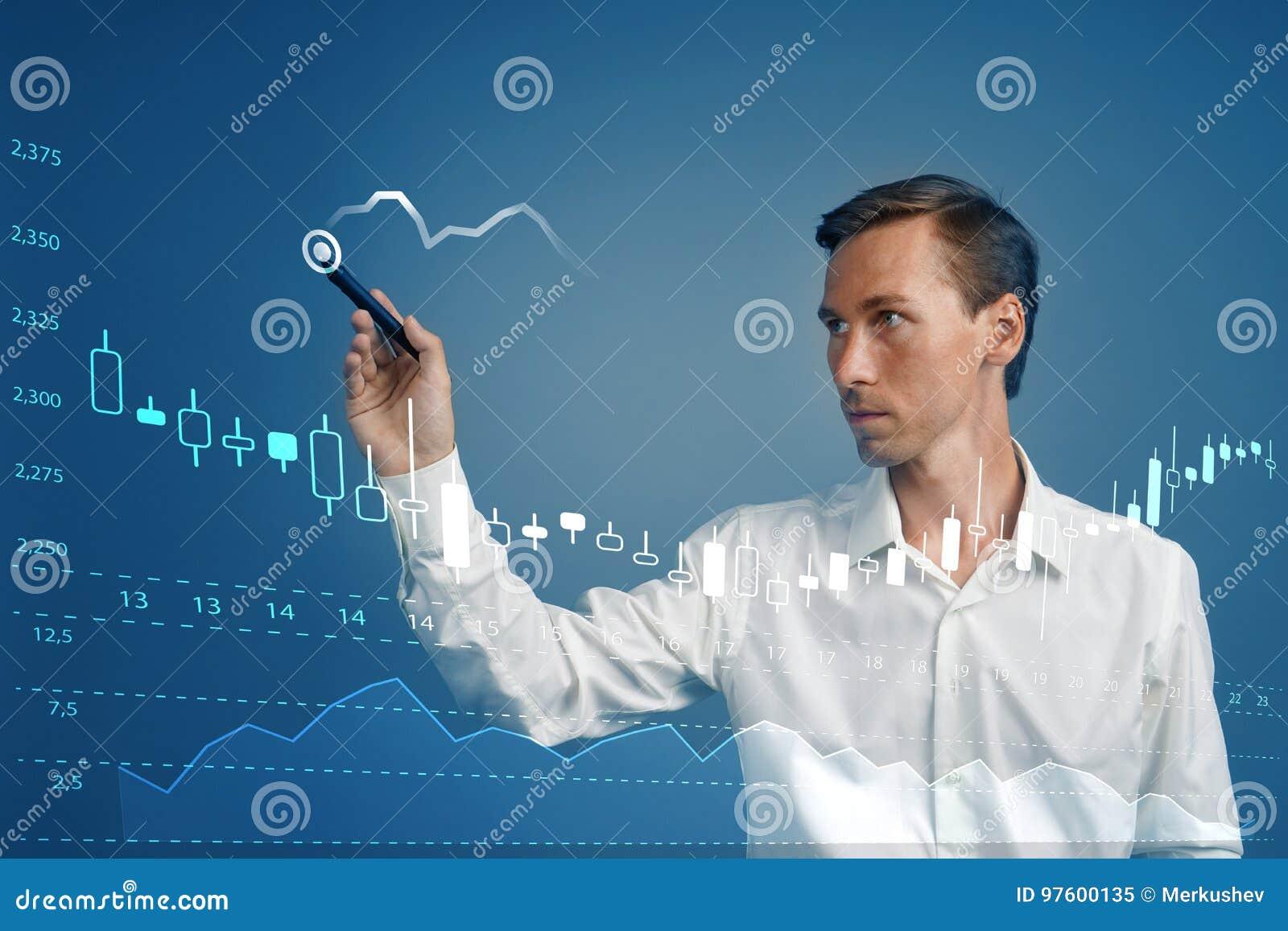 Concetto di dati di finanza Uomo che lavora con l analisi dei dati Tracci una carta delle informazioni del grafico con le candele