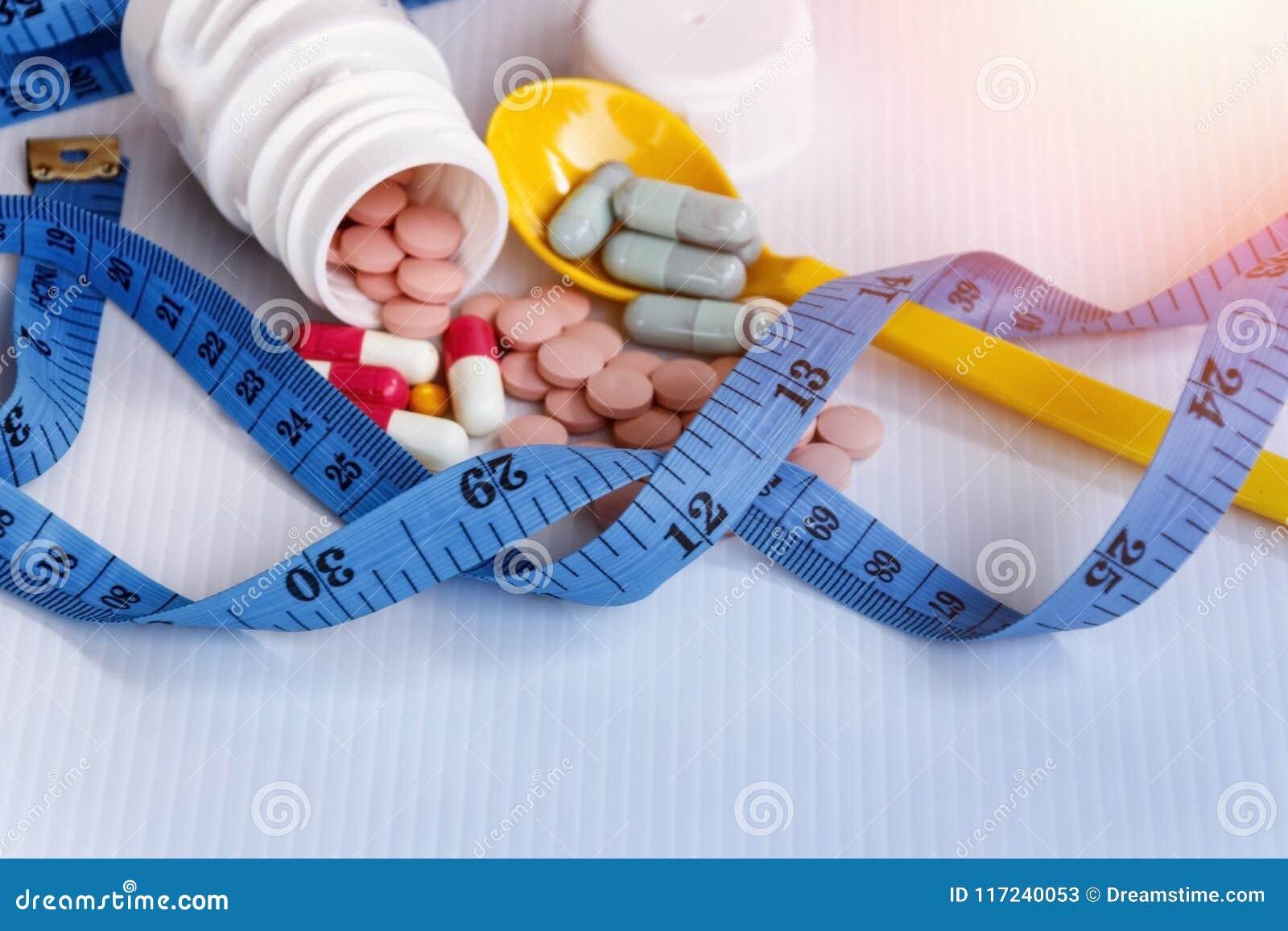 Concetto di dieta; Dimagrisca dalle pillole, pericolose per salute