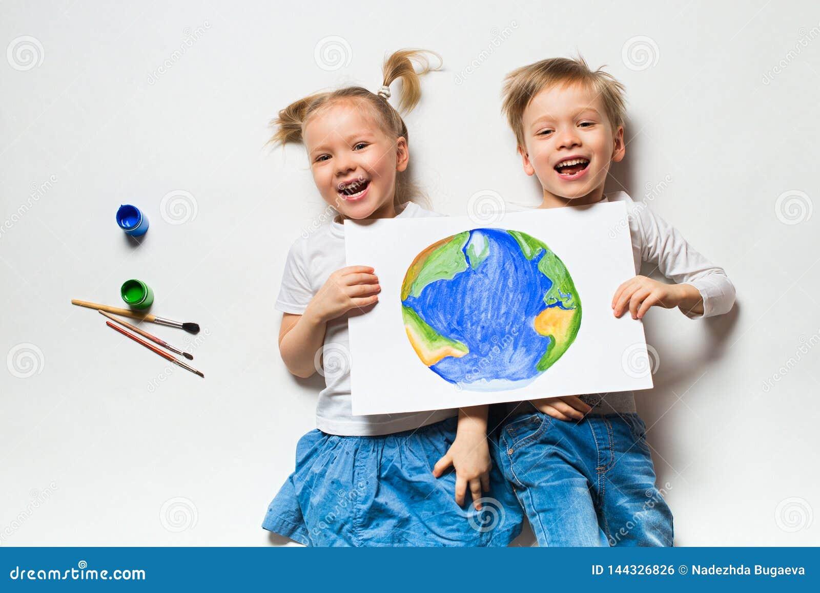 Concetto di ecologia con due bambini prety che dipingono terra su fondo bianco