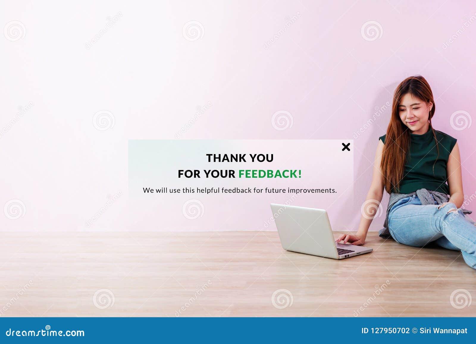 Concetto di esperienza del cliente La giovane donna del cliente ha inviato il suo online