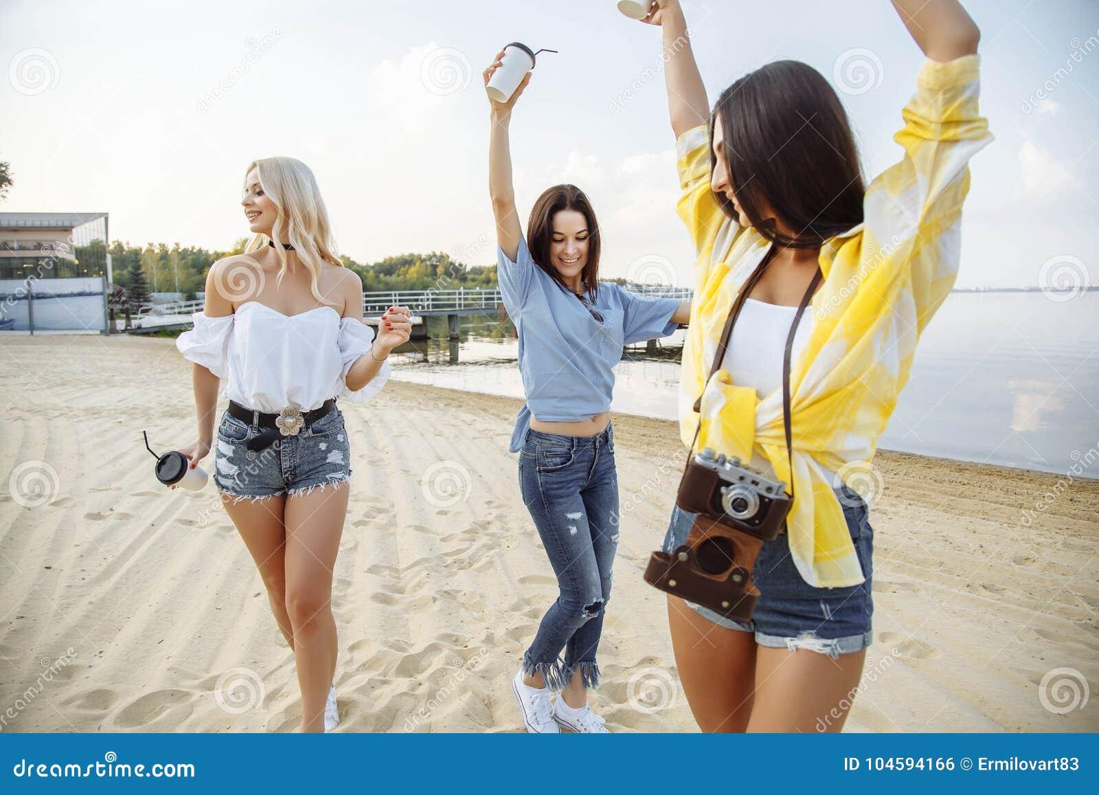 Concetto di felicità del partito della spiaggia degli amici degli adolescenti