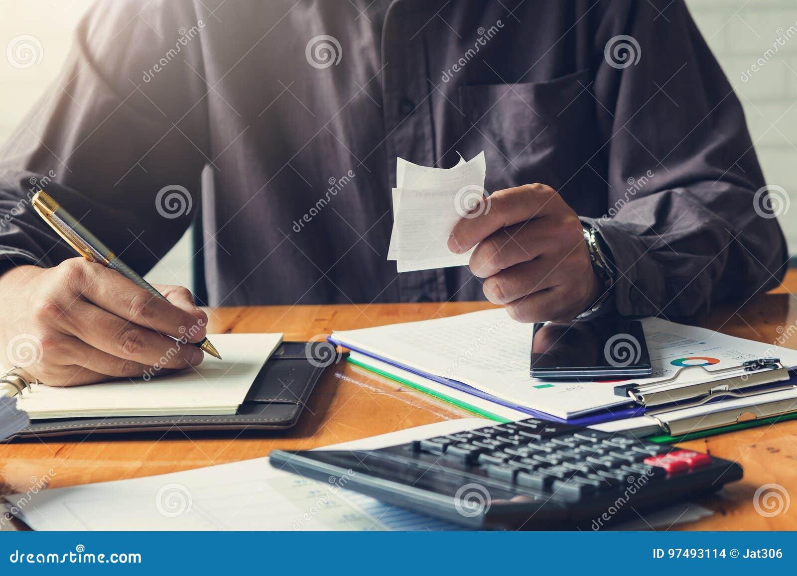 Concetto di finanza e di affari di funzionamento dell ufficio, tenuta dell uomo d affari
