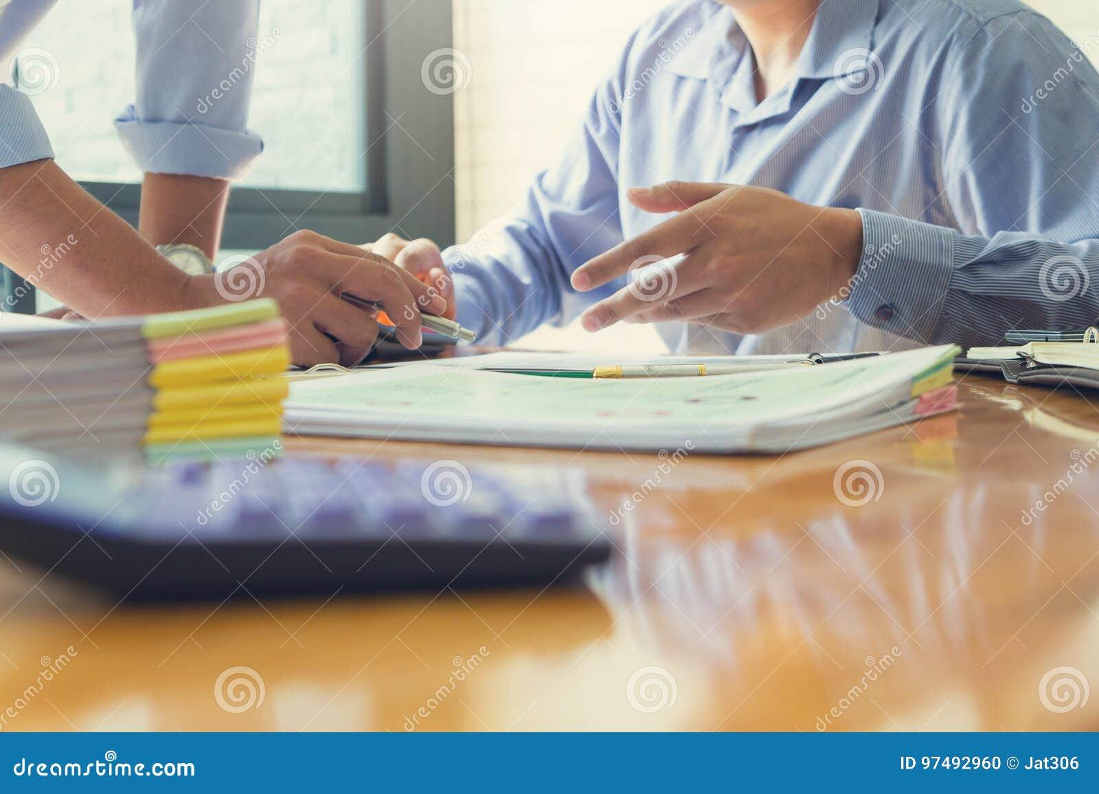 Concetto di finanza e di affari di funzionamento dell ufficio, uomini d affari che discutono il grafico di analisi