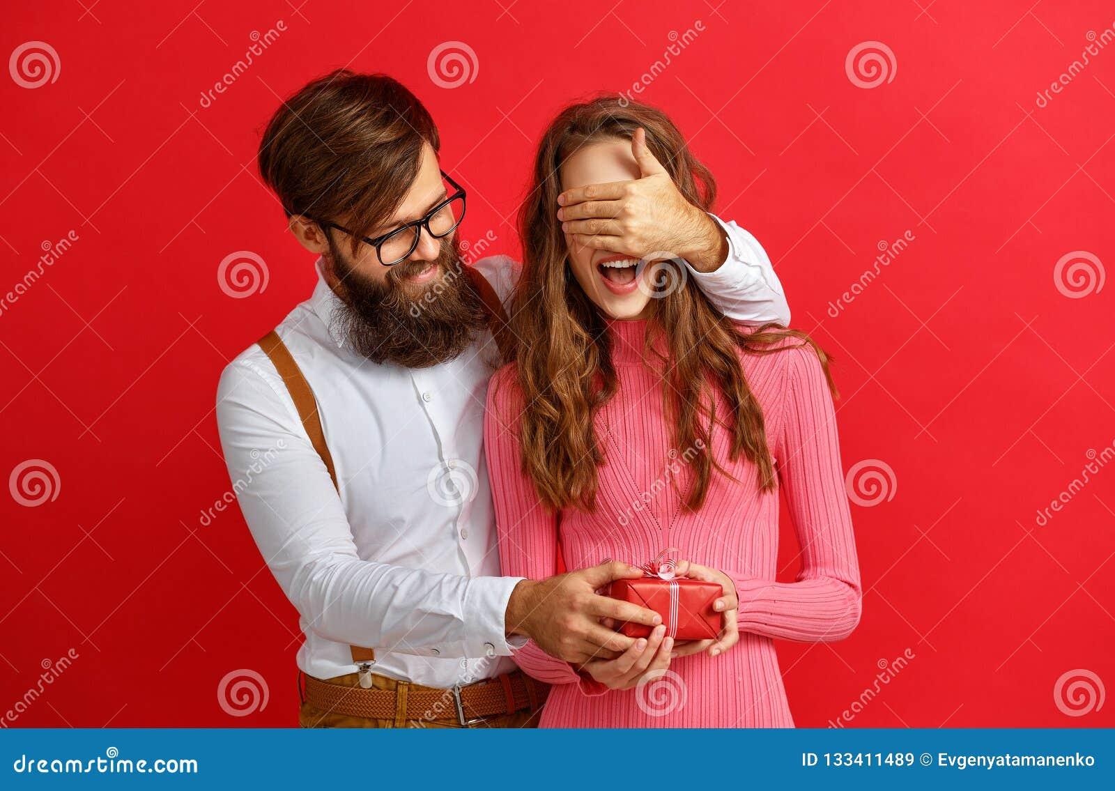 Concetto di giorno del ` s del biglietto di S giovani coppie felici con cuore, fiori