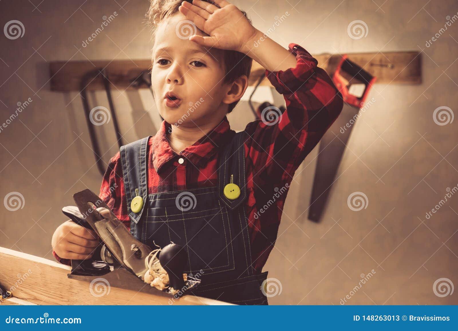 Concetto di giorno di padri del bambino, strumento del carpentiere, persona