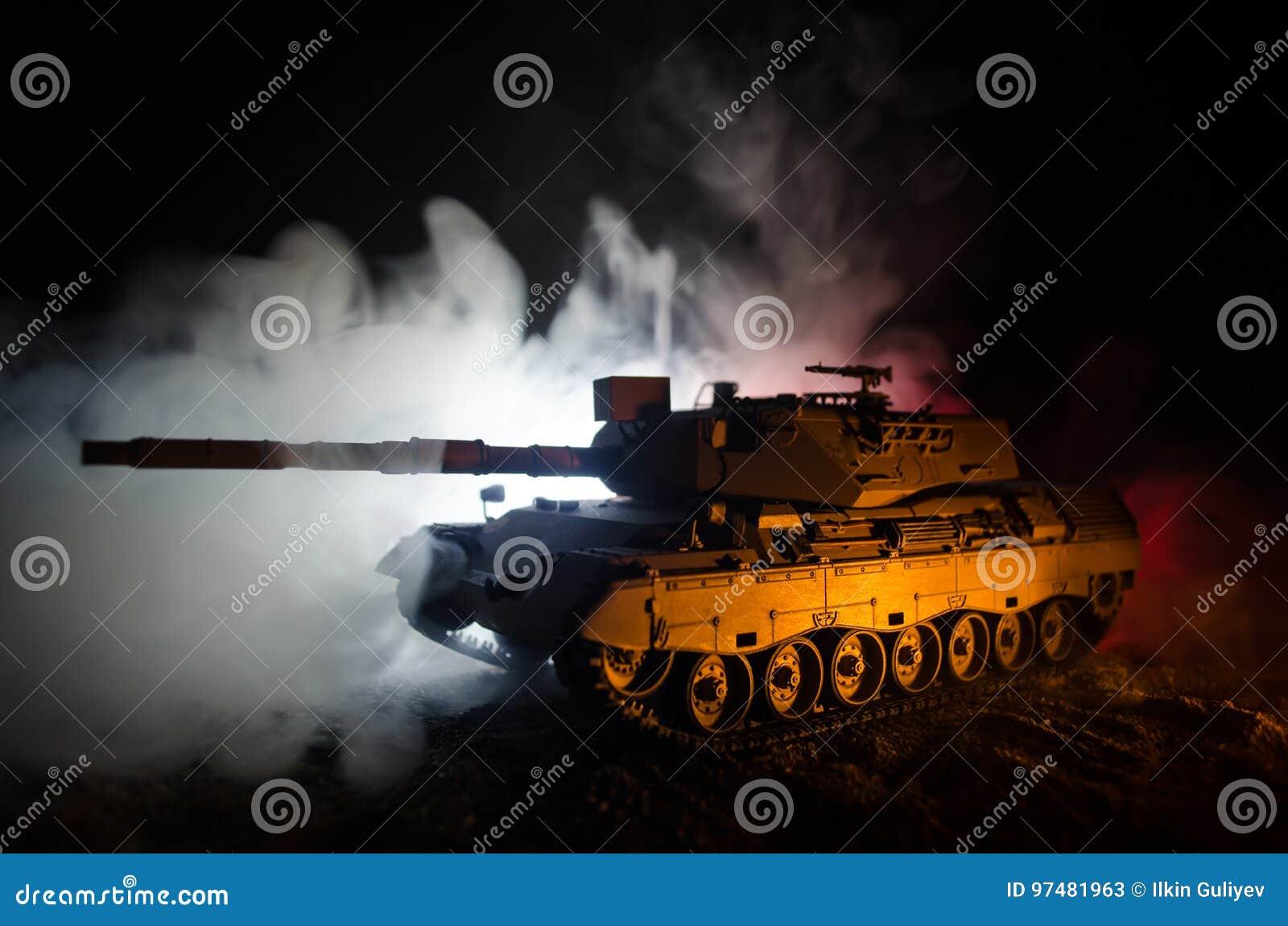 Concetto di guerra Siluette militari che combattono scena sul fondo del cielo della nebbia di guerra, carro armato tedesco nell a