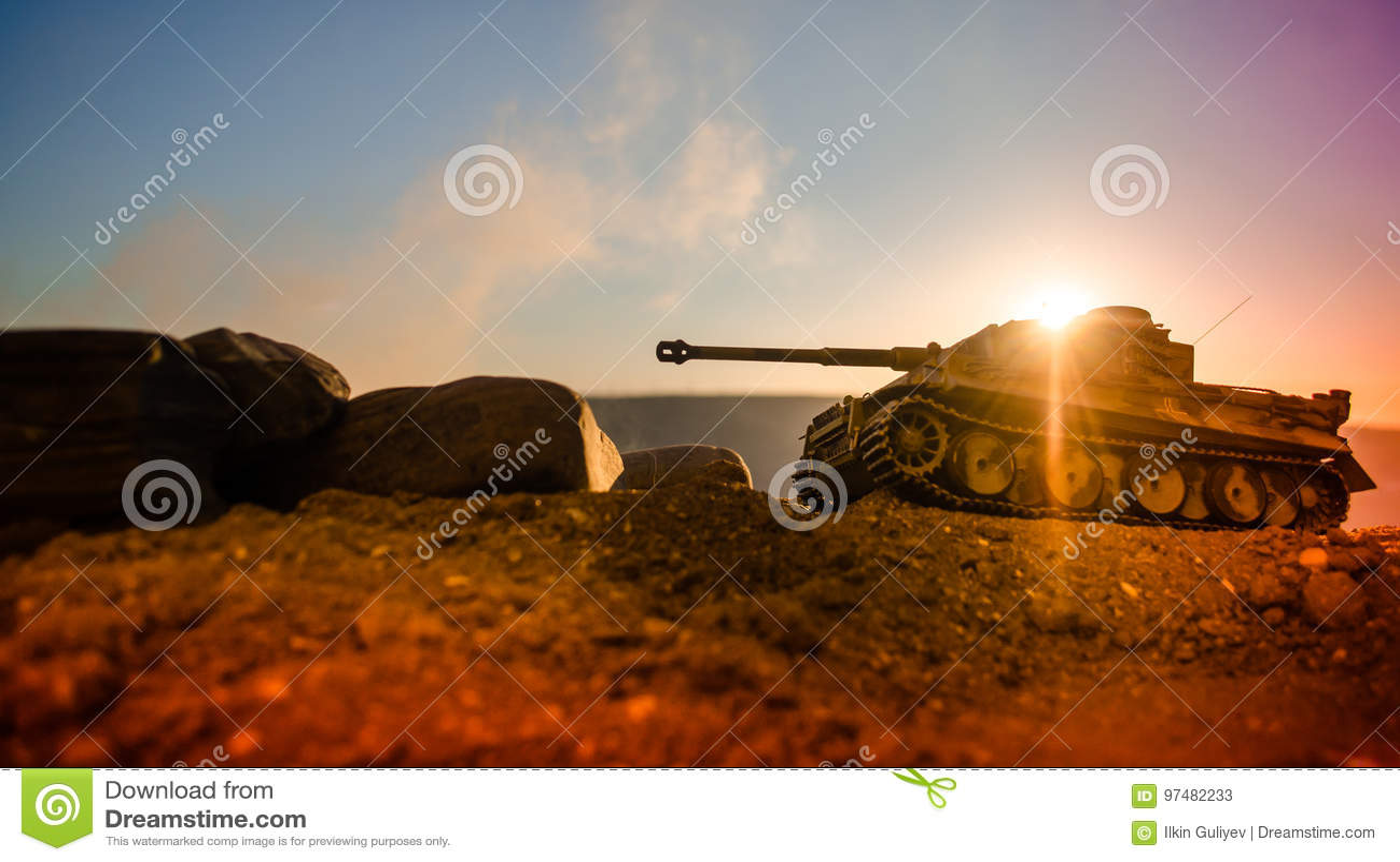 Concetto di guerra Siluette militari che combattono scena sul fondo del cielo della nebbia di guerra, siluette dei soldati di gue