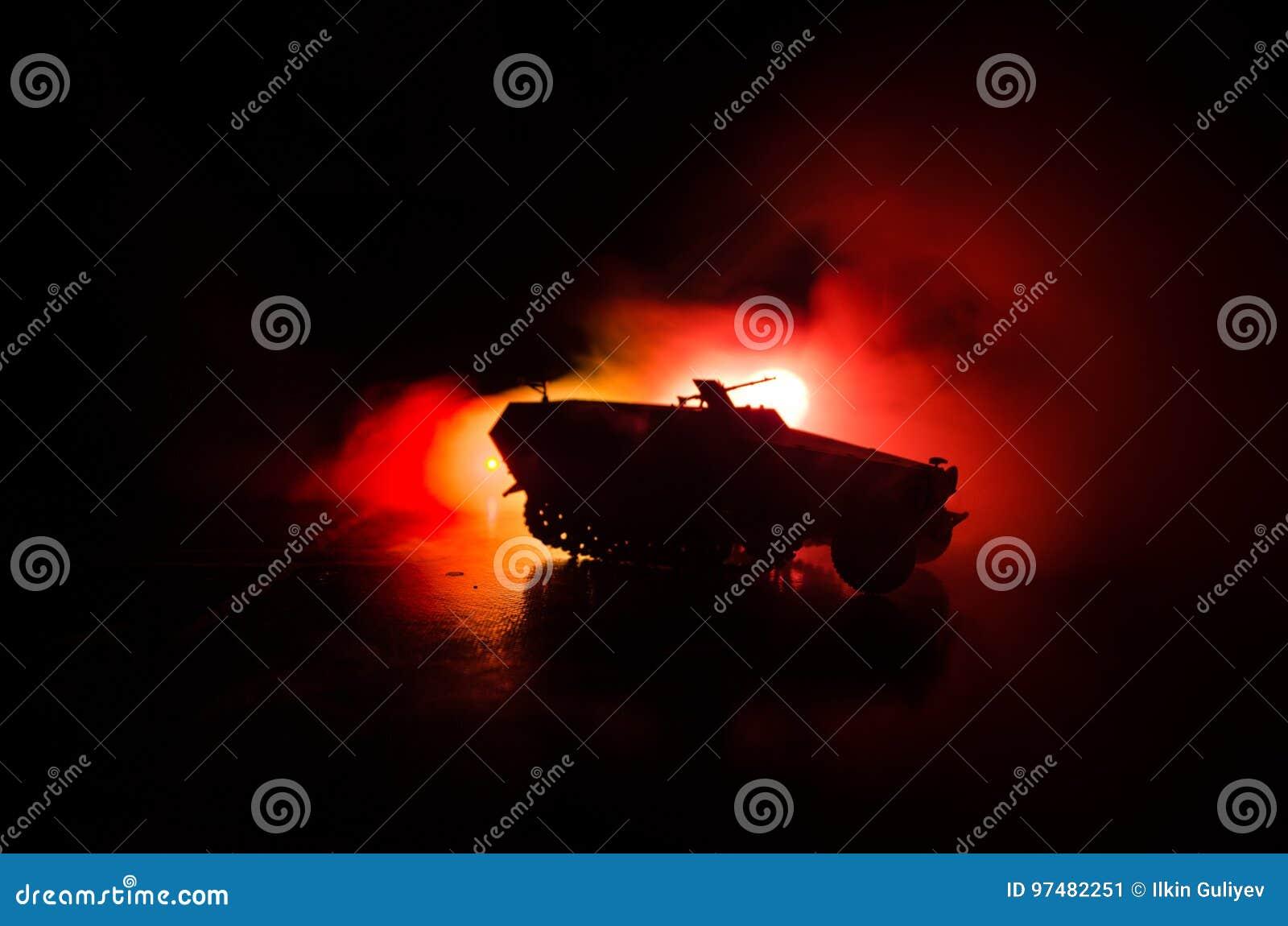 Concetto di guerra Siluette militari che combattono scena sul fondo del cielo della nebbia di guerra, siluette tedesche dei carri