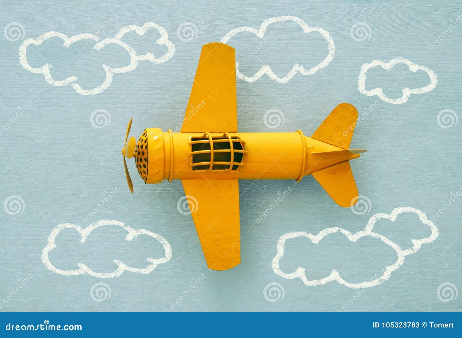 Concetto di immaginazione, di creatività, di sogno e dell infanzia Retro aereo del giocattolo con lo schizzo dei grafici di infor
