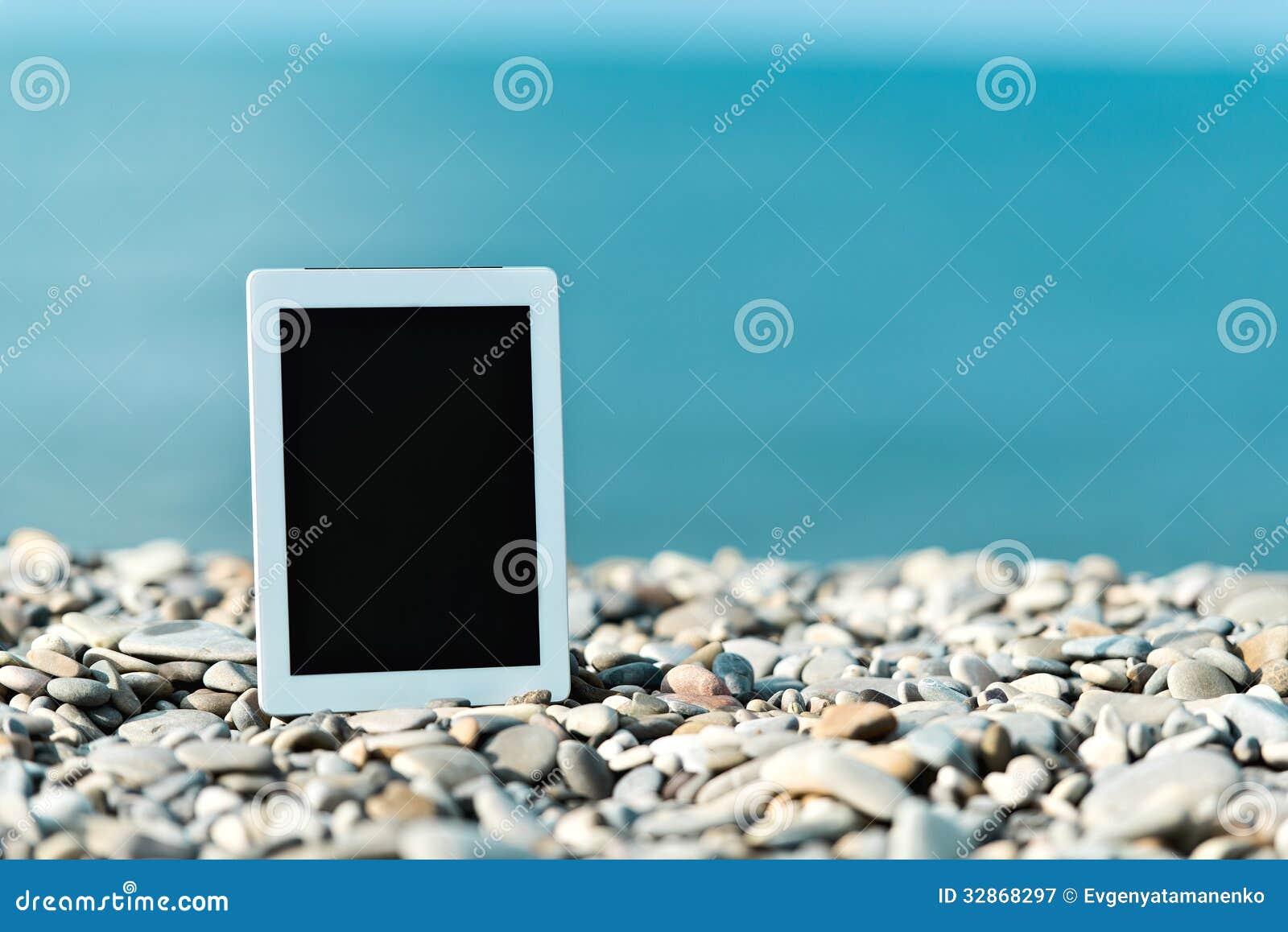 Concetto di Internet e della comunicazione. computer in bianco della compressa sopra