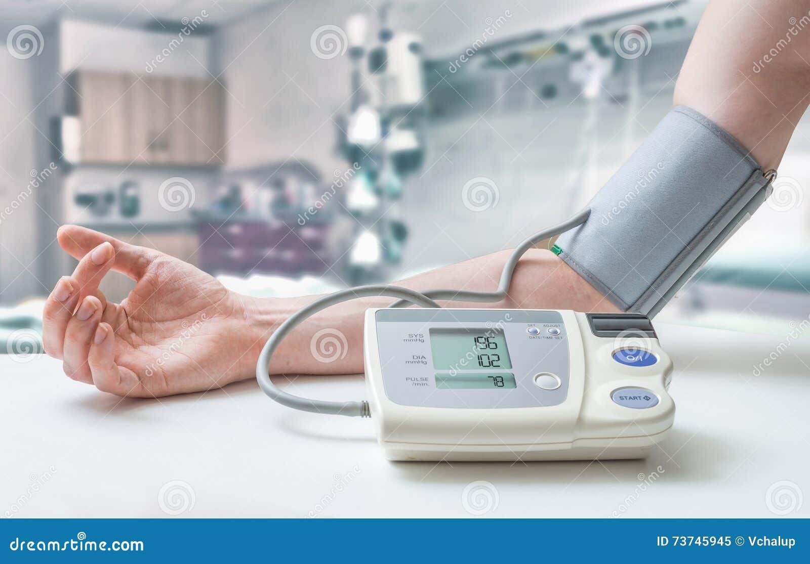 Concetto Di Ipertensione L'uomo Sta Misurando La Pressione..