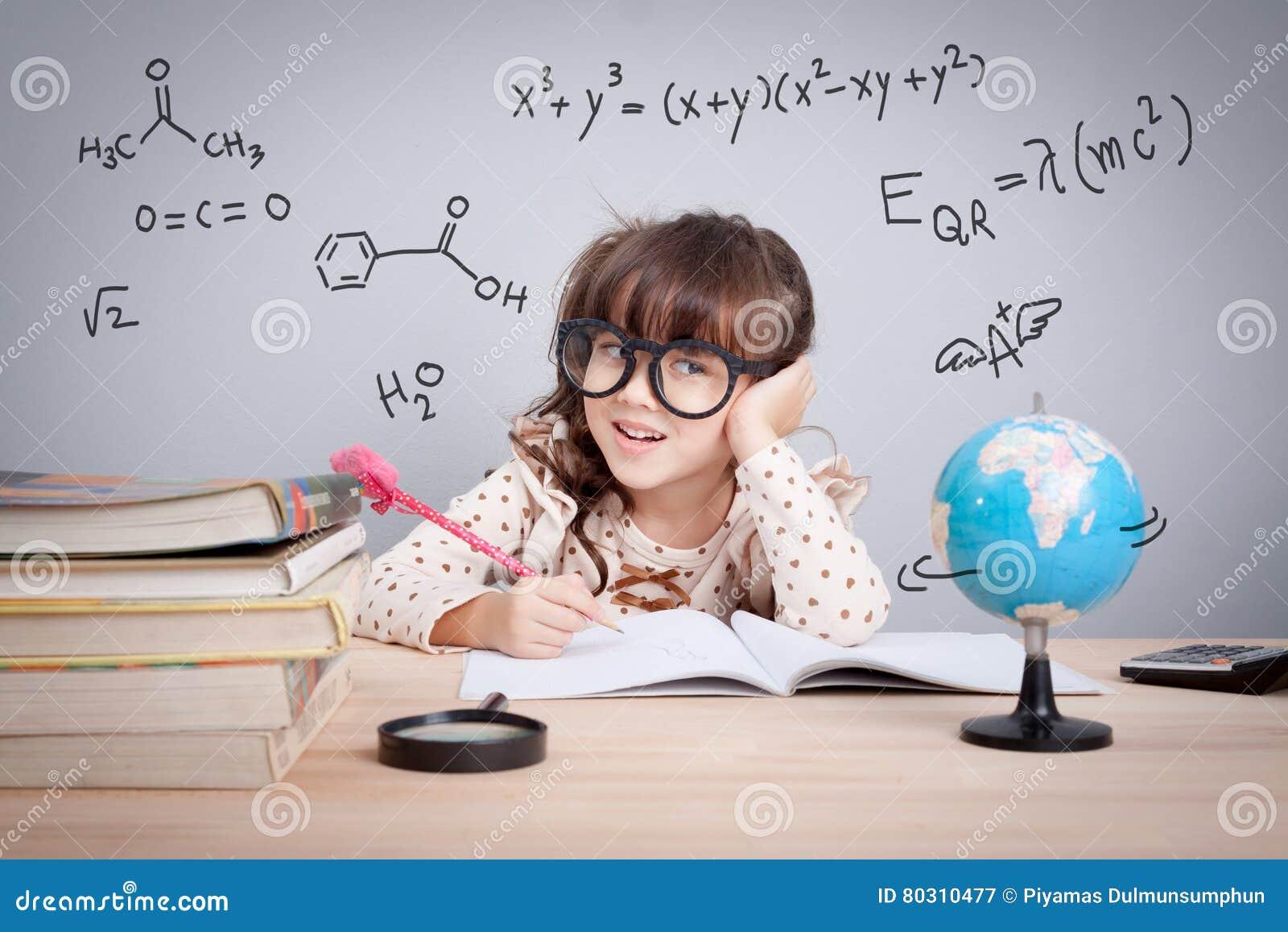 Concetto di istruzione, bambina sveglia alla scuola felice a fare h