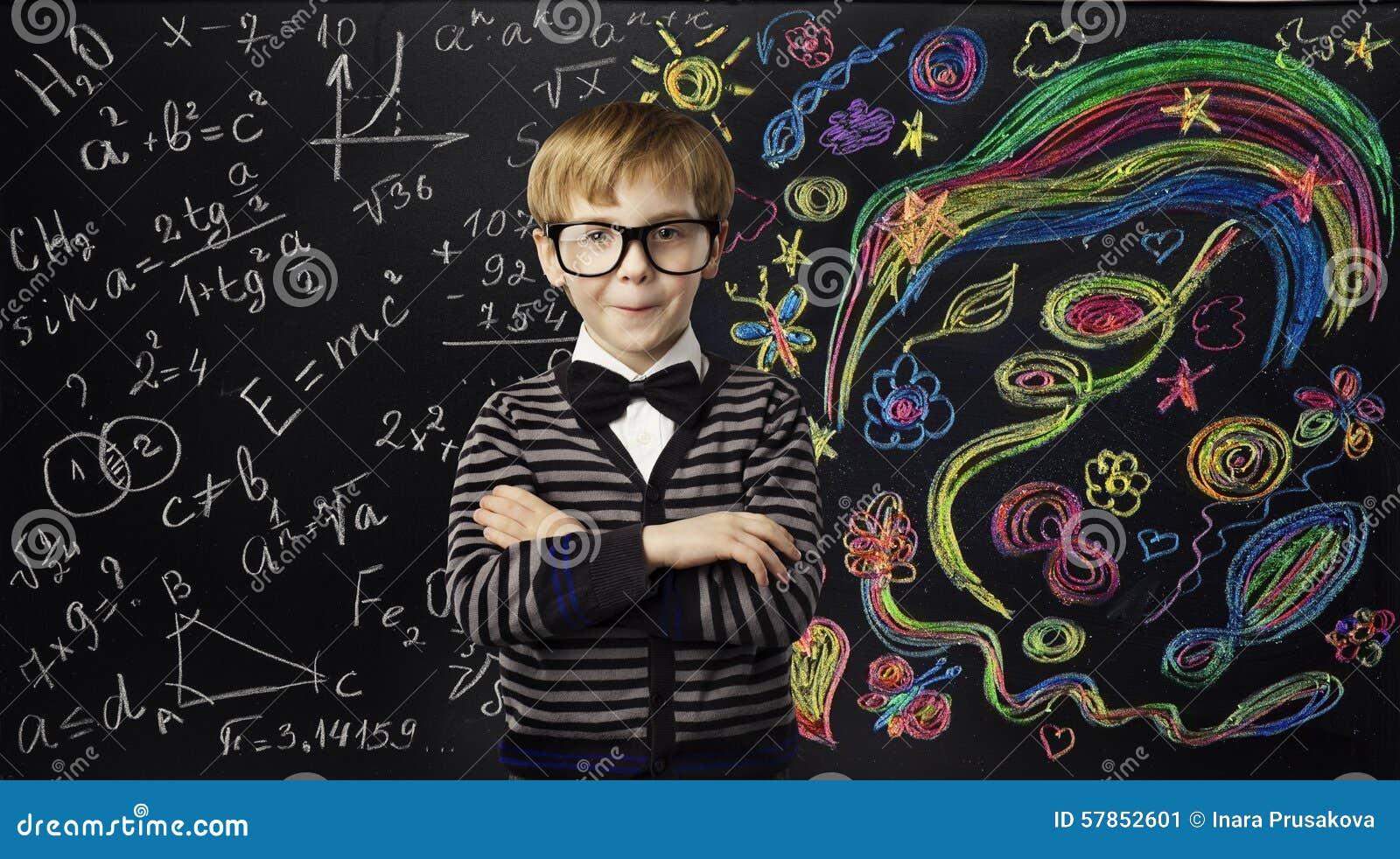 Concetto di istruzione di creatività del bambino, bambino che impara Art Mathematics