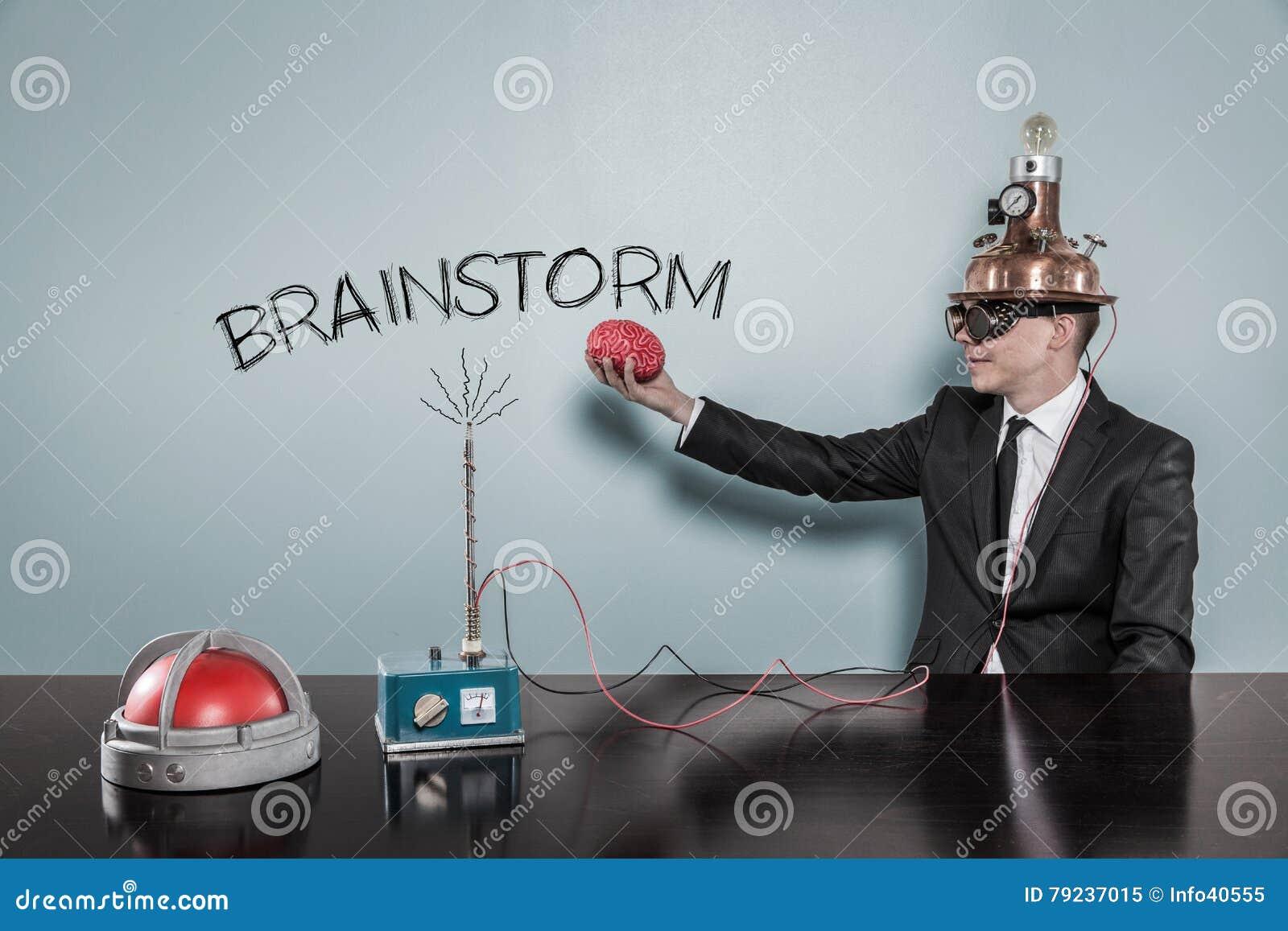 Concetto di lampo di genio con il cervello della tenuta dell uomo d affari