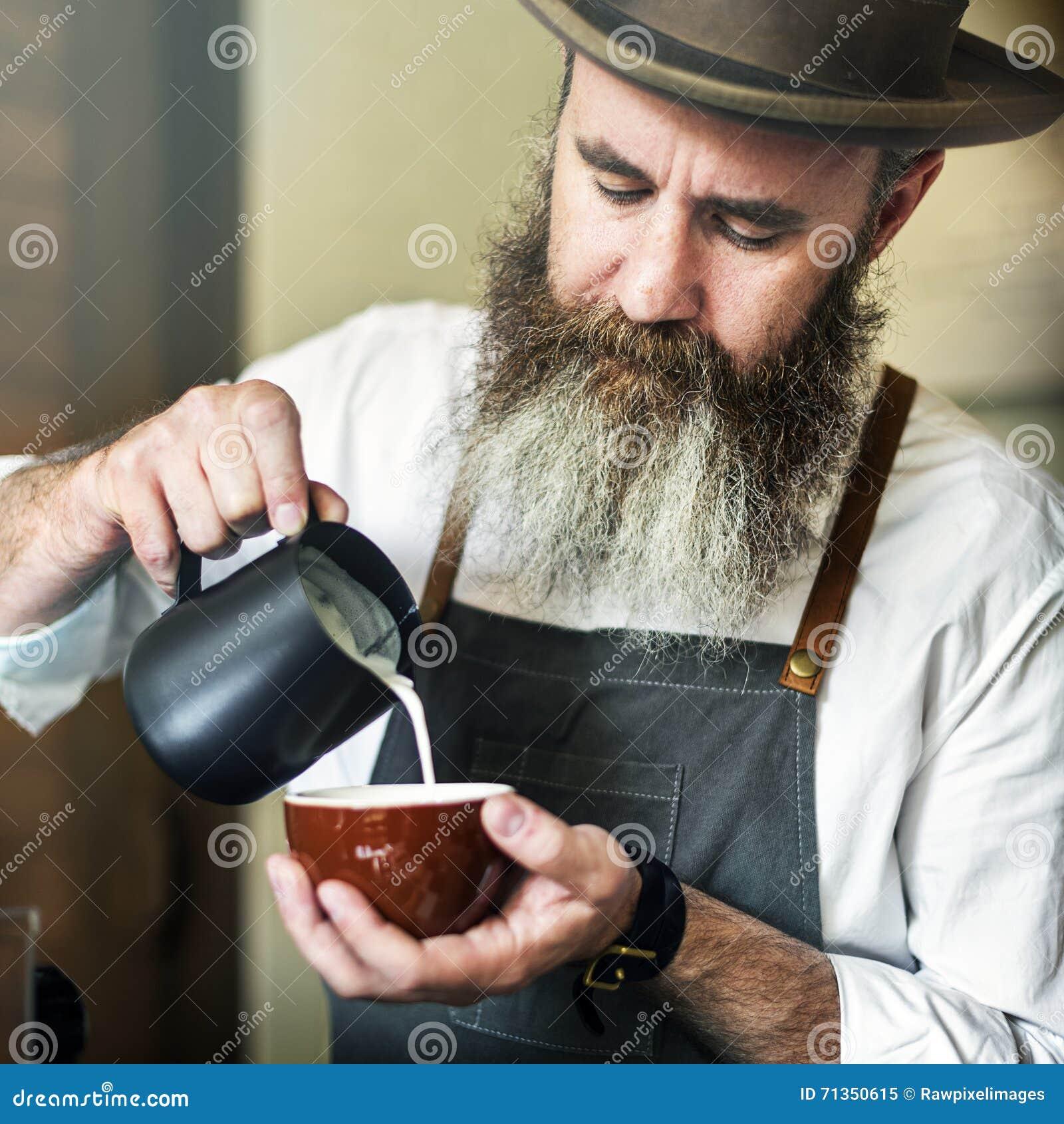 Concetto di lavoro della giovane impresa di Pouring Coffee Cafe di barista