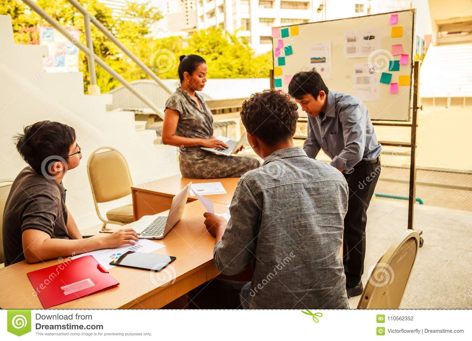 Concetto di lavoro di squadra e di affari: Uomini d affari e  brainstorming  della donna nella riunione di conferenza di pianific