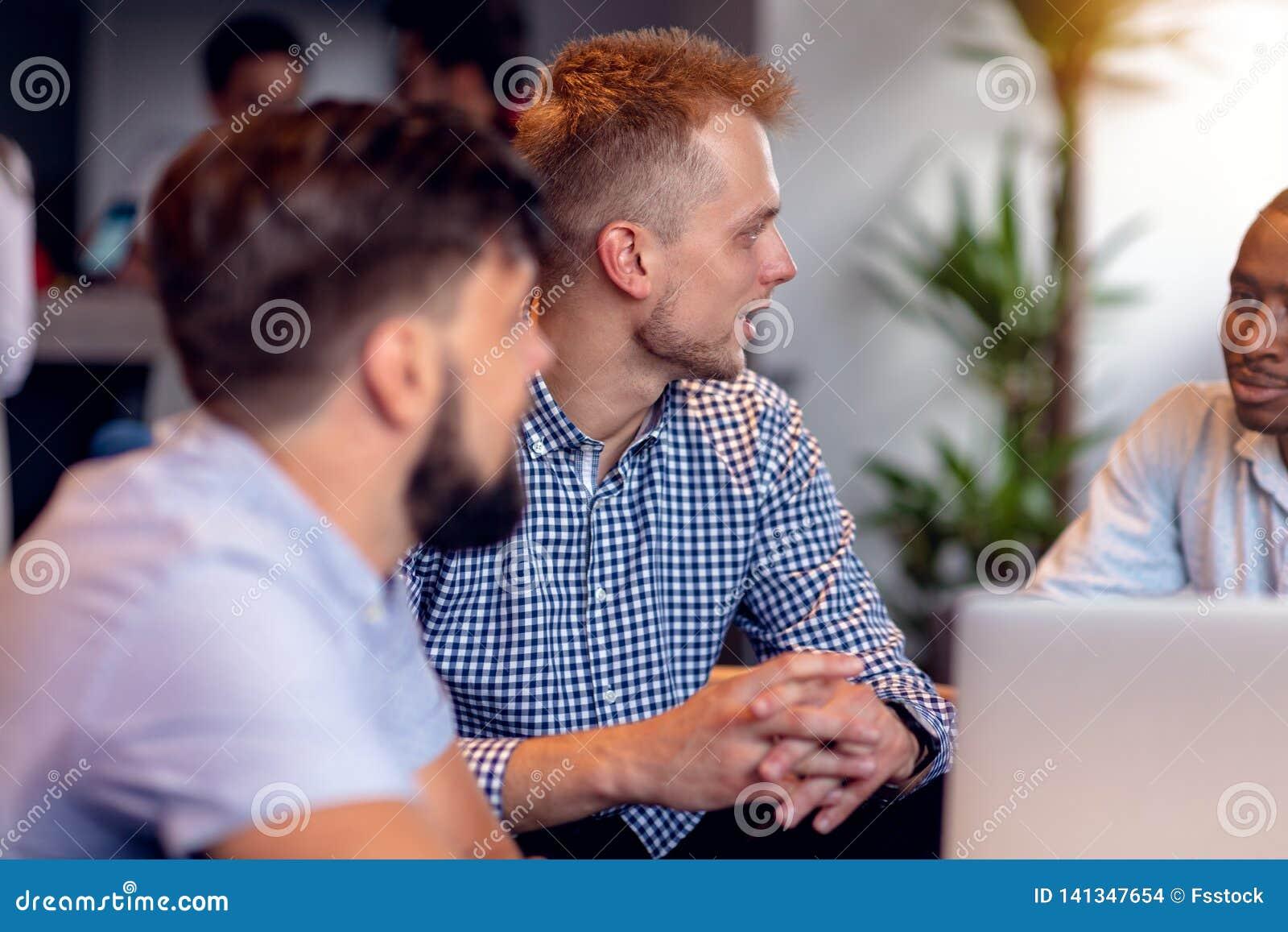 Concetto di lavoro di squadra Giovani colleghe creativi che lavorano con il nuovo progetto startup in ufficio moderno Il gruppo d