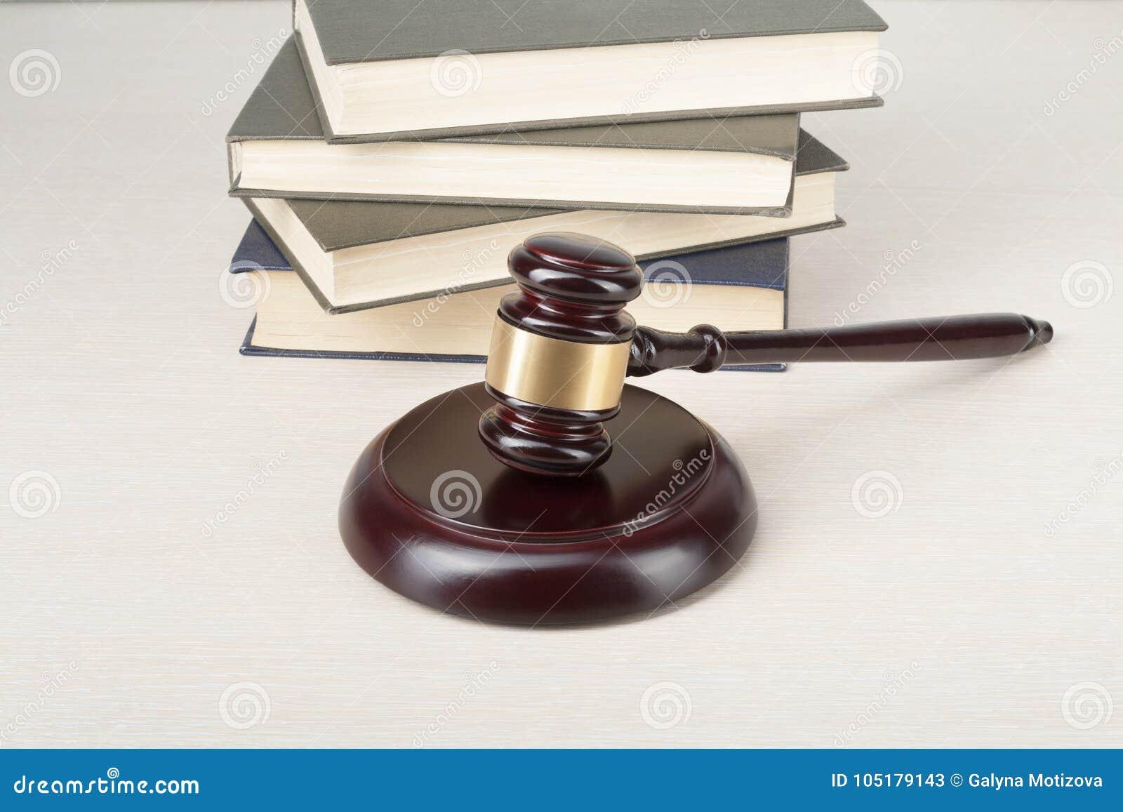 Concetto di legge libri e martelletto di legno della corte - Un ampolla sulla tavola ...