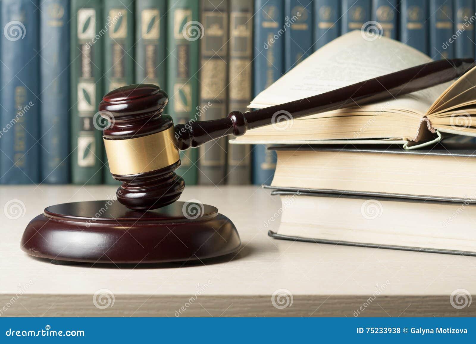 Concetto di legge prenoti con il martelletto di legno - Un ampolla sulla tavola ...