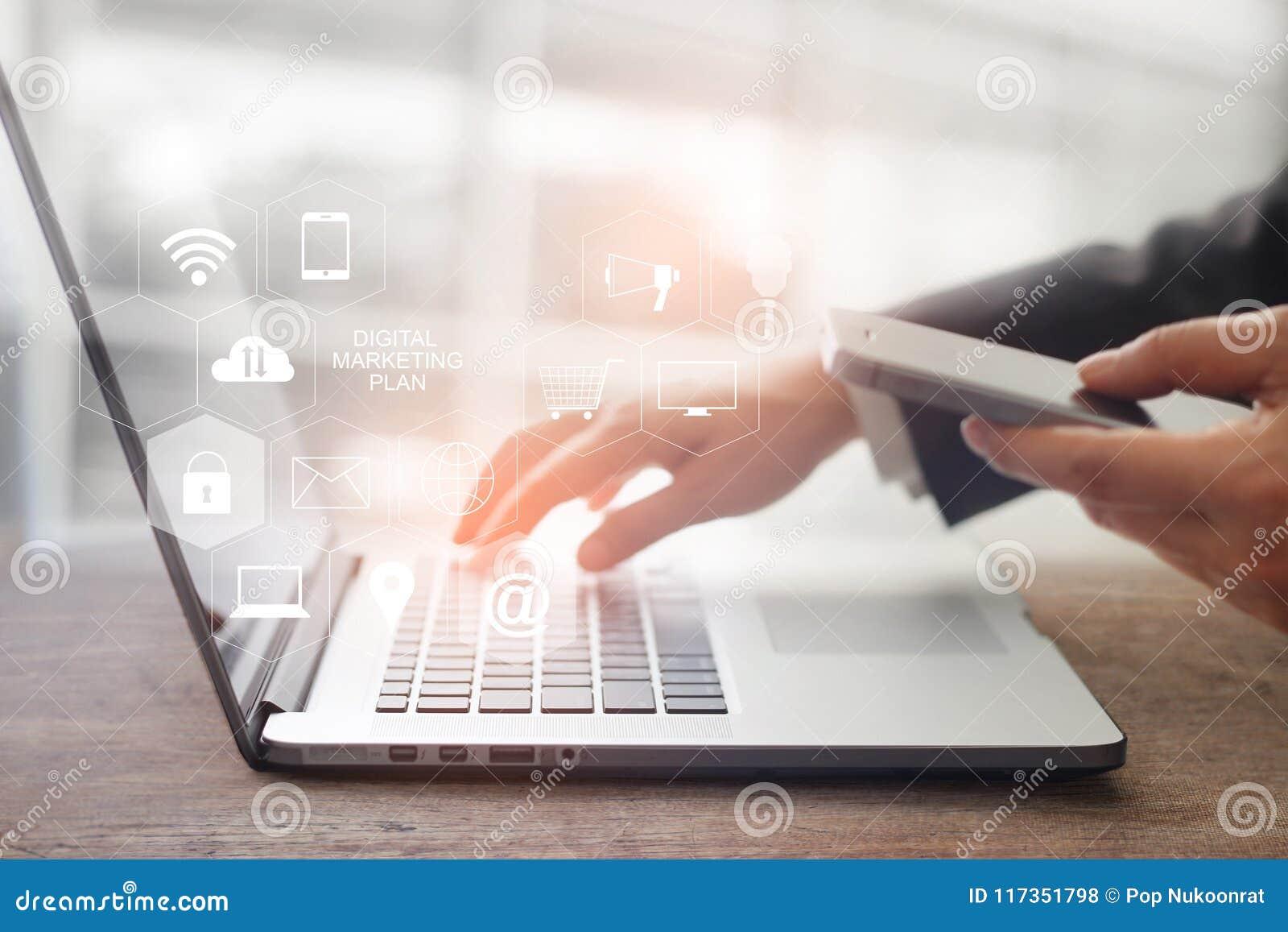 Concetto di media di vendita di Digital Computer portatile commovente dell uomo d affari